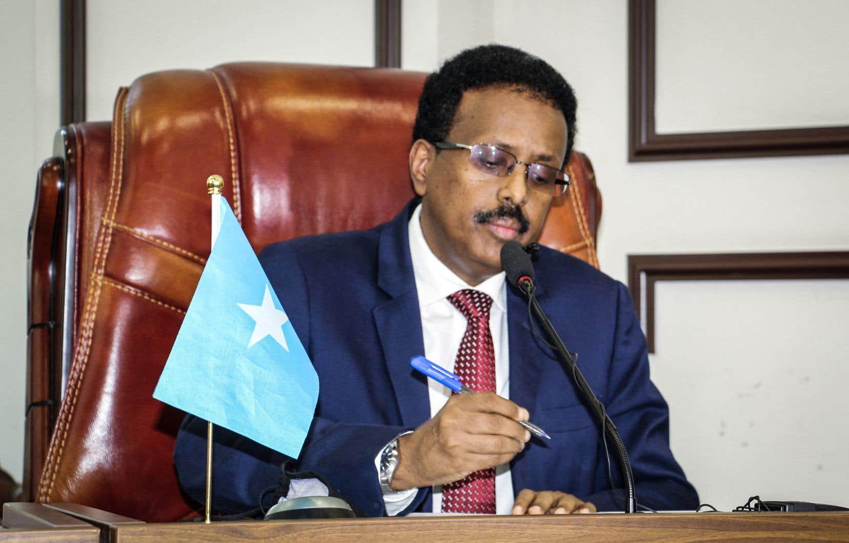 En avril, la prolongation pour deux ans du mandat du président Mohamed Abdullahi Mohamed, dit Farmajo, qui avait expiré le 8février, avait provoqué de violents affrontements à Mogadiscio, menaçant le fragile équilibre de ce pays meurtri par la guerre civile.