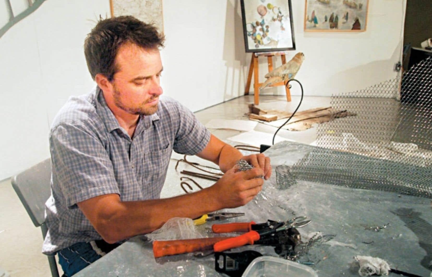 Le sculpteur et peintre Jimmy Perron, des &Eacute;boulements, au travail<br />