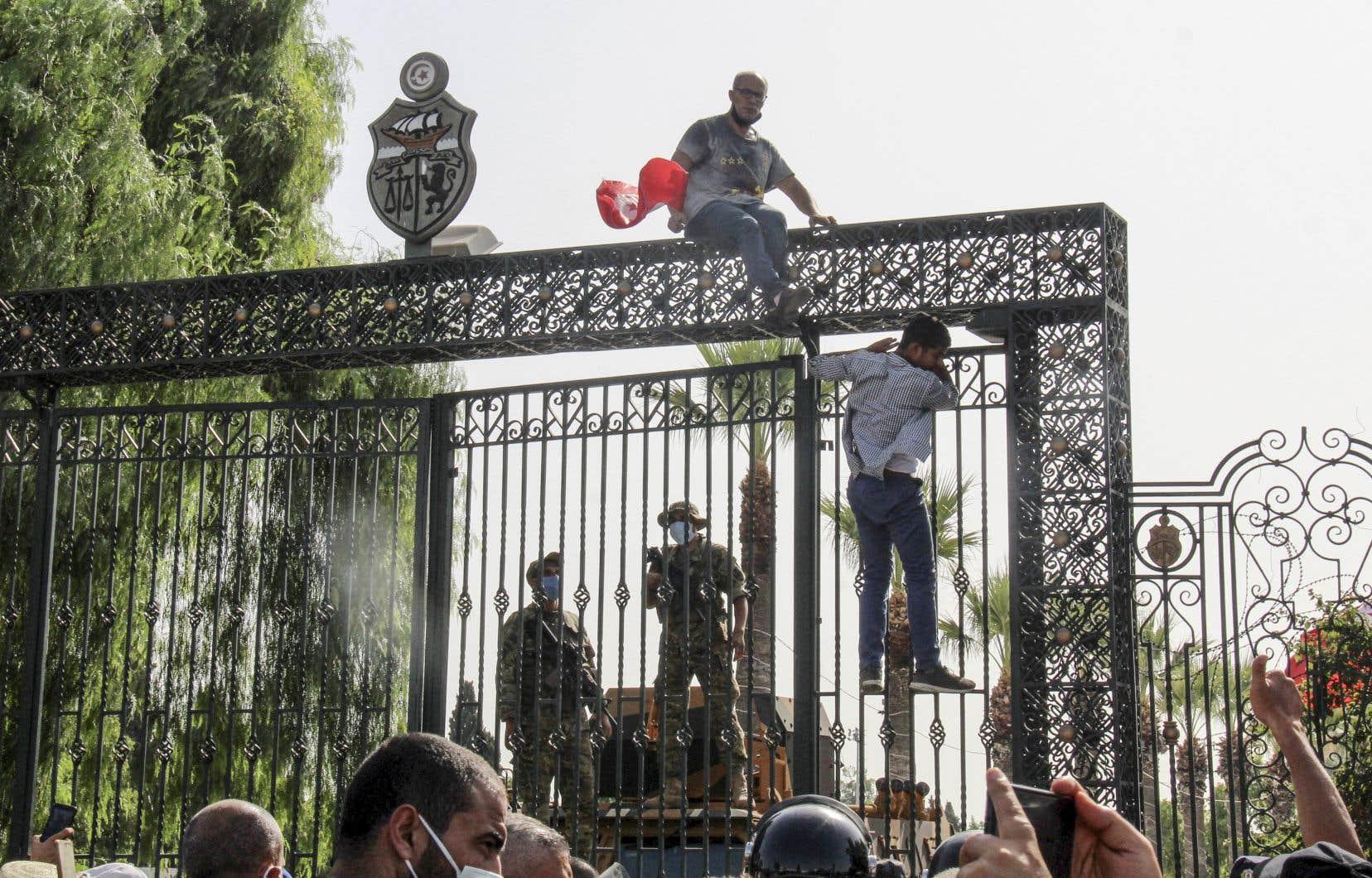 Lundi, plusieurs centaines de partisans du président Saied et d'Ennahdha se sont échangé des jets de bouteilles et de pierres devant le Parlement à Tunis. La situation est ensuite revenue à la normale.