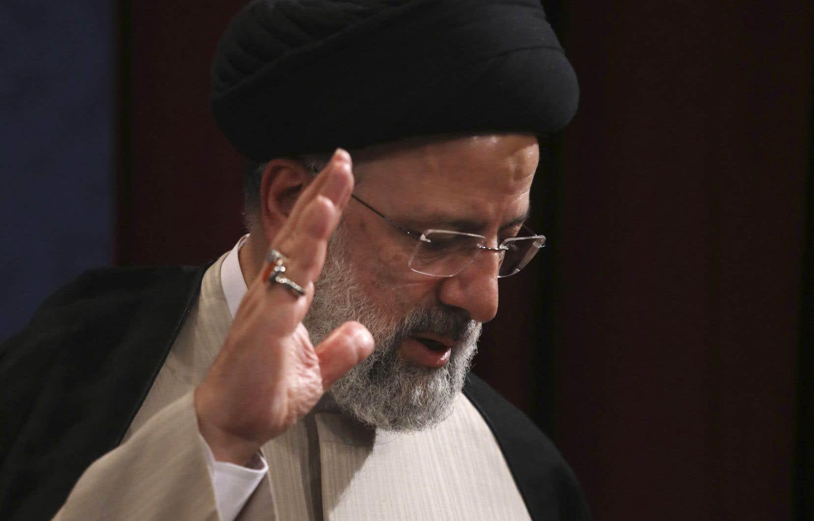 Ebrahim Raïssi lors d'une conférence de presse le 21 juin dernier, à Téhéran. Le choix d'Ali Khamenei d'imposer son favori lors des récentes élections,  caractérisées par leur manque de légitimité,  vise précisément à resserrer l'étau autour d'une société iranienne  en ébullition.
