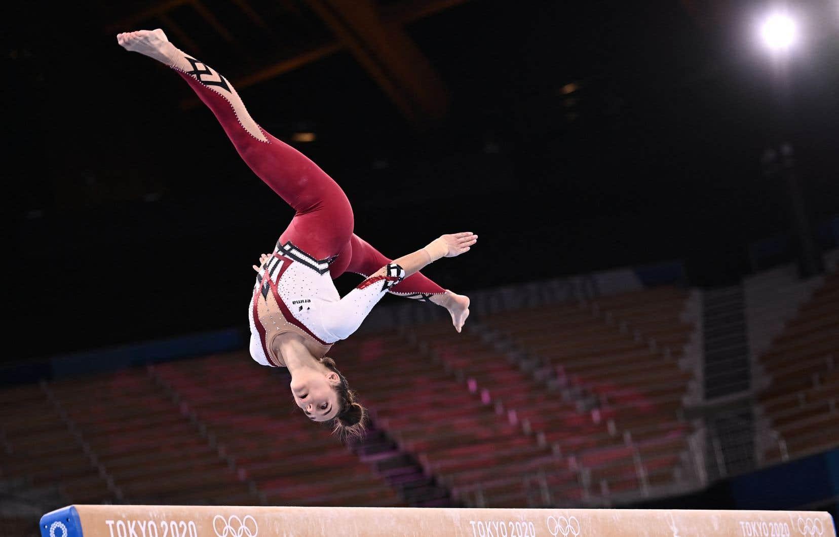 Des gymnastes allemandes, dont fait partie Pauline Schäfer-Betz ici en photo, ont envoyé un message contre les uniformes qui, selon elles, exploitent leur sexualité en concourant à Tokyo en portant des vêtements qui leur couvraient les jambes jusqu'à la cheville.