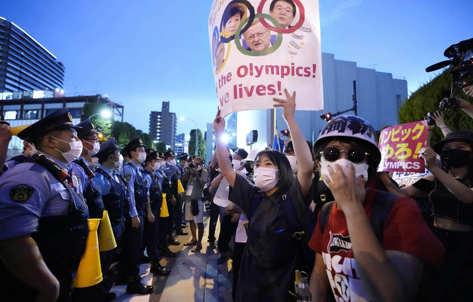 Vendredi, à quelques heures de la cérémonie d'ouverture, des centaines de manifestants scandaient «Go to hell IOC, go to hell Olympics!» non loin du stade.
