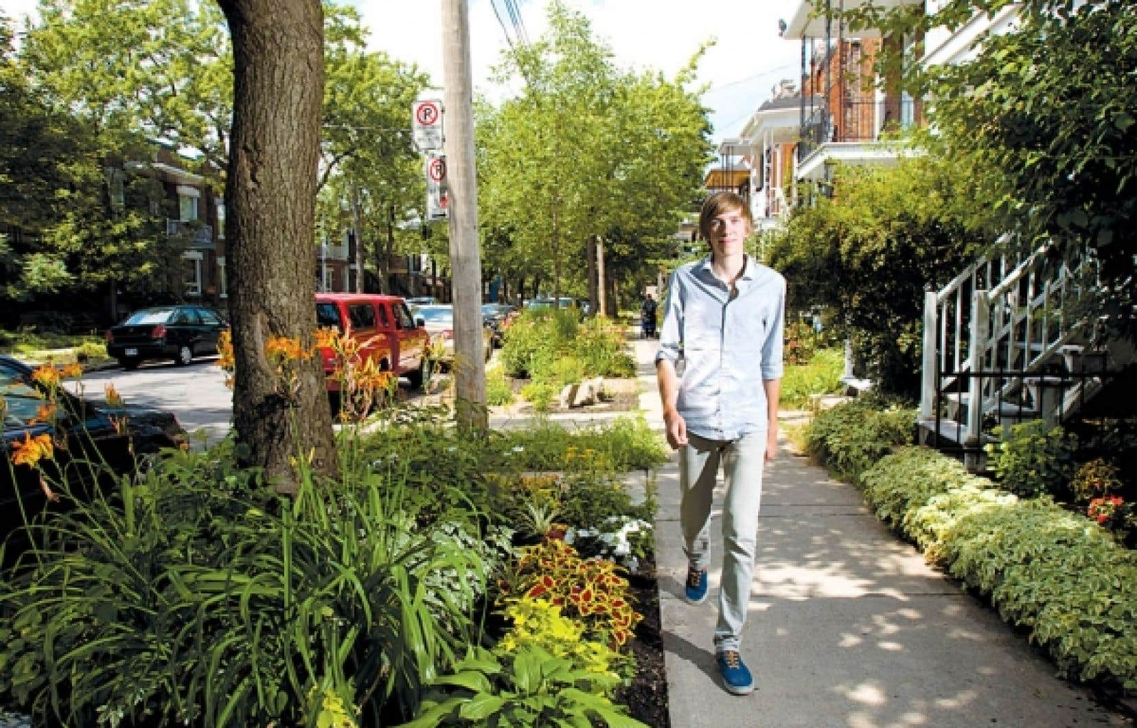 Laurent Richer, qui habite rue Des Écores, à Montréal, a lancé le projet de transformer sa rue en aménageant des espaces verts là où le béton était roi.<br />