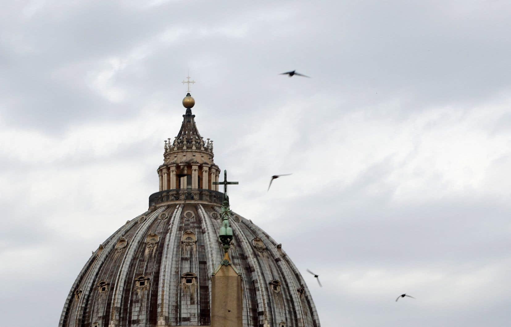 Le dôme du Vatican sous un ciel couvert mardi, à l'occasion du début du procès du cardinal Angelo Becciu
