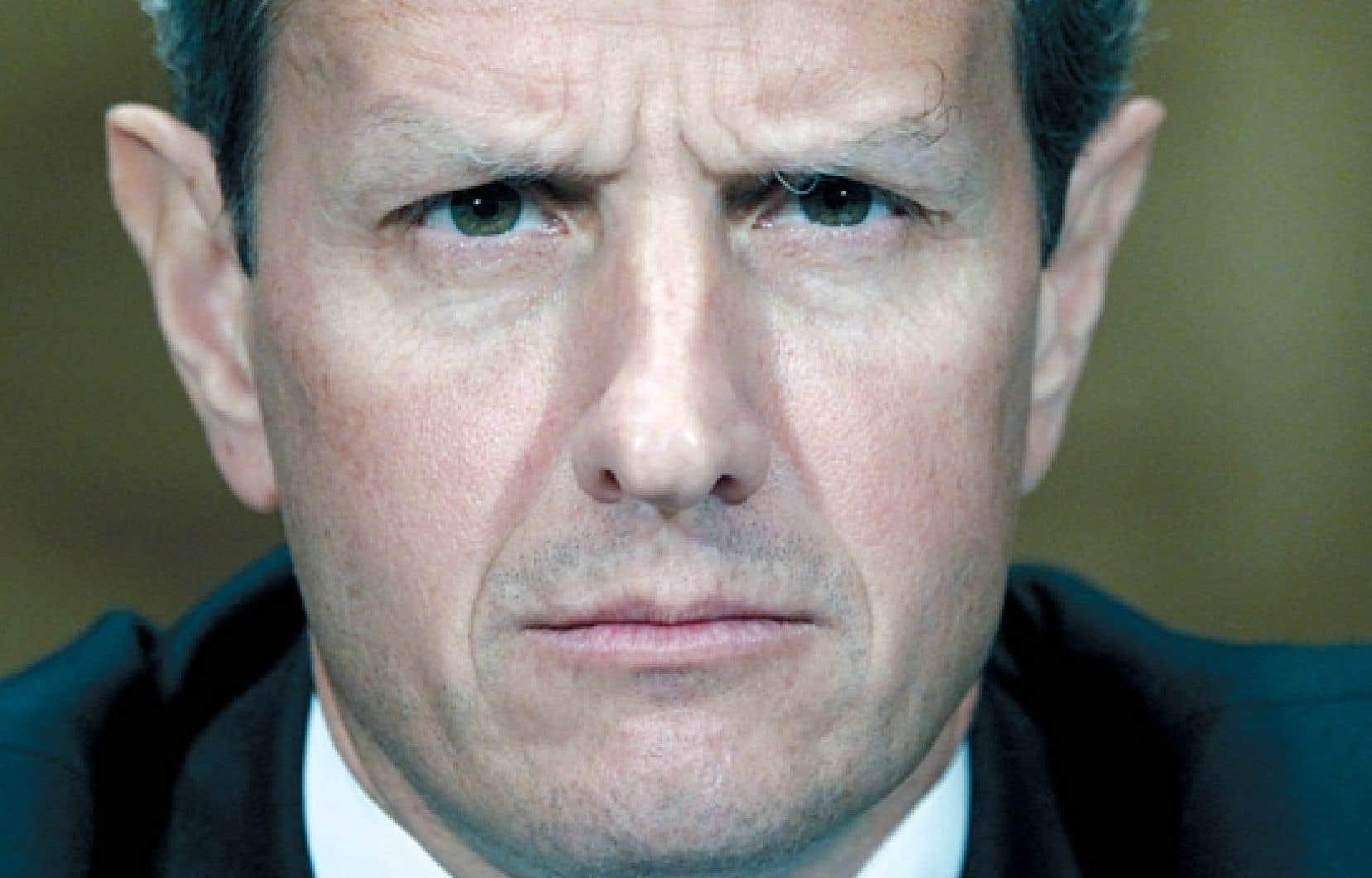Le secr&eacute;taire au Tr&eacute;sor Timothy Geithner &laquo;a fait savoir au pr&eacute;sident qu&rsquo;il comptait rester &agrave; son poste&raquo;, a affirm&eacute; son minist&egrave;re dans un communiqu&eacute;. Le maintien en poste de M. Geithner, dont la d&eacute;mission avait &eacute;t&eacute; demand&eacute;e samedi par des &eacute;lus r&eacute;publicains, pourrait constituer un gage de stabilit&eacute; au moment o&ugrave; l&rsquo;incertitude plane sur les march&eacute;s financiers.<br />