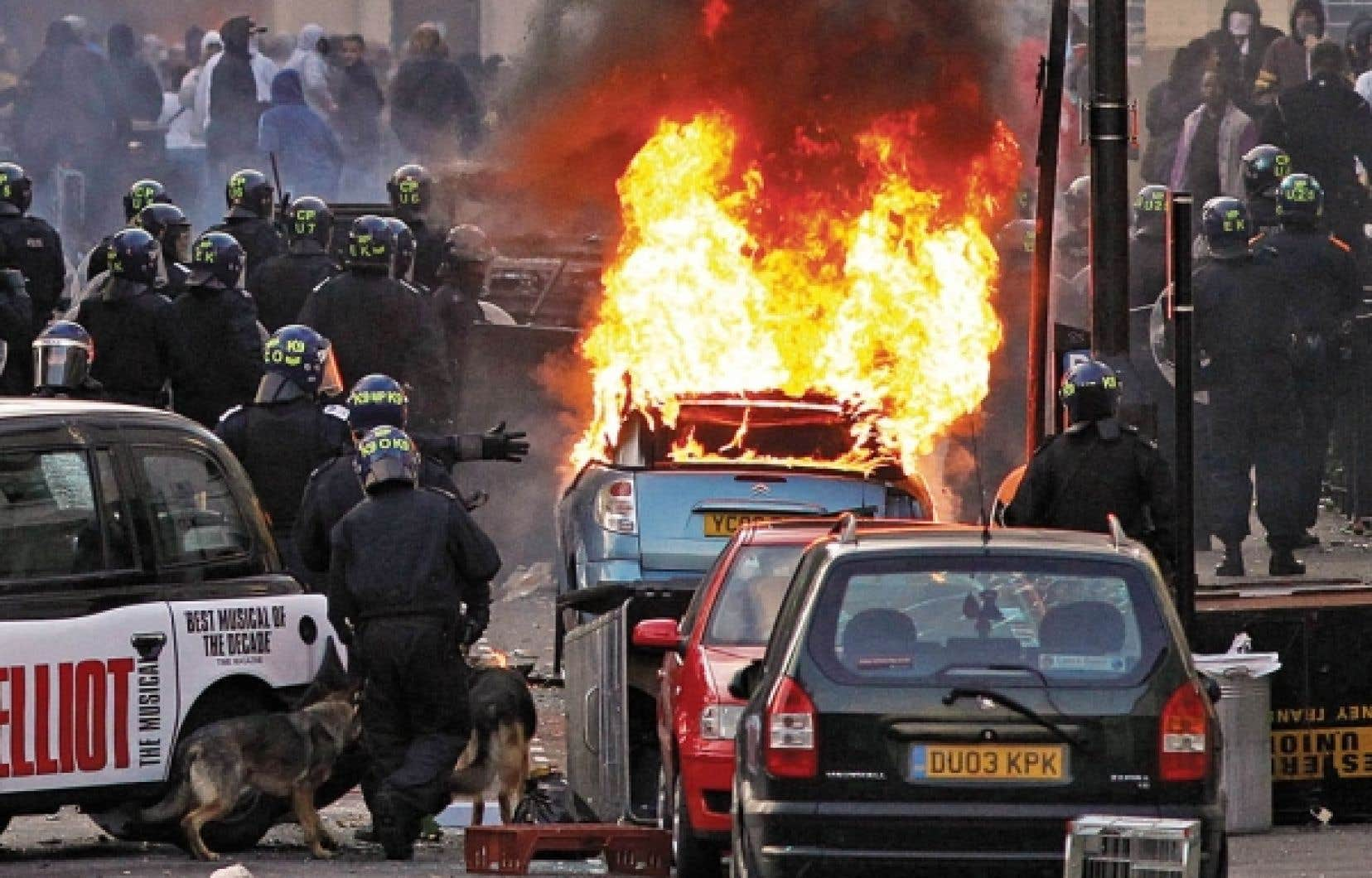Les manifestations violentes ont contamin&eacute; au moins quatre nouveaux quartiers de Londres, hier, dont celui de Hackney dans l&rsquo;est, o&ugrave; des centaines de jeunes ont vandalis&eacute; des boutiques et incendi&eacute; des voitures.<br />