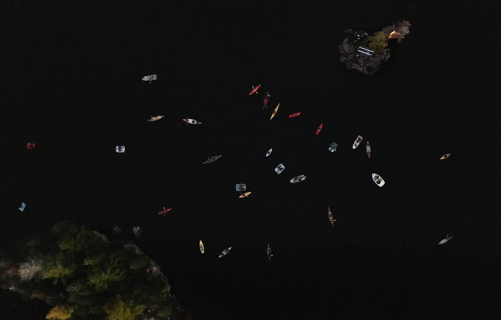 Vue aérienne d'un spectacle sur l'une des scènes flottante de Contre-courant