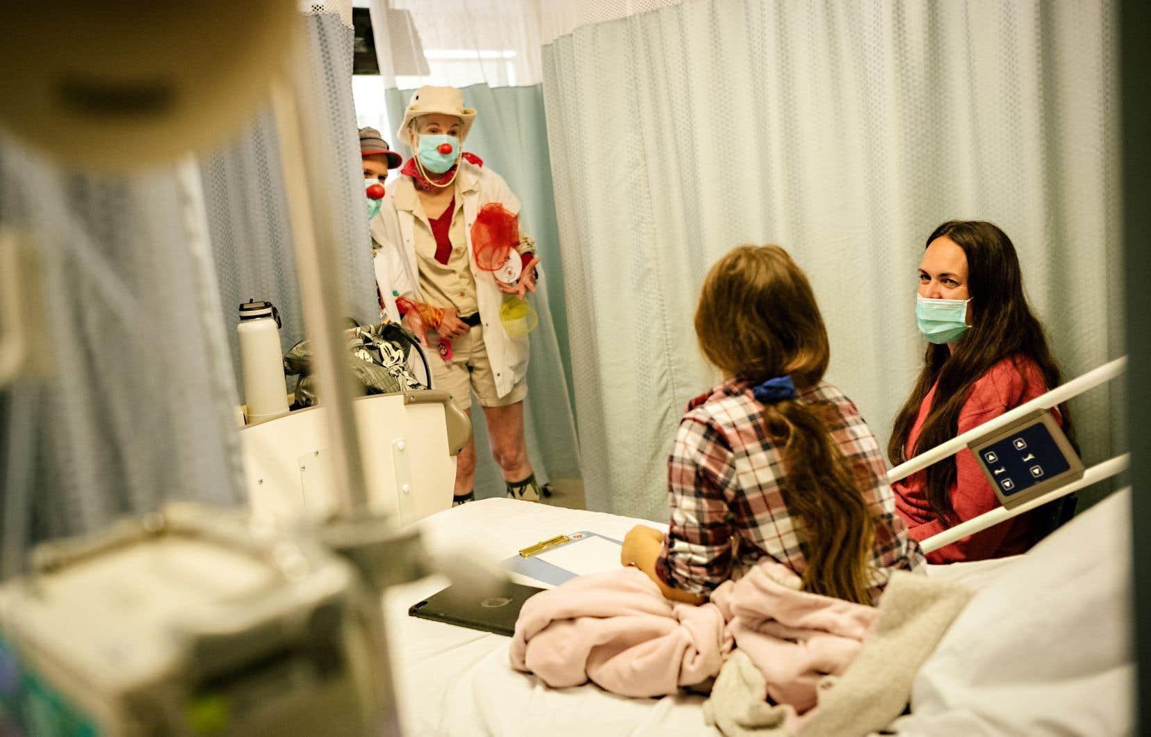 Depuis trois semaines, les clowns thérapeutiques Dre Ok (Karen Christine Coombs) et son acolyte Dr Tcheksa (Jean-François Ouellet-Leblanc) reçoivent des tonnes de doses d'amour de la part d'enfants, de parents et d'employés du CHU Sainte-Justine.