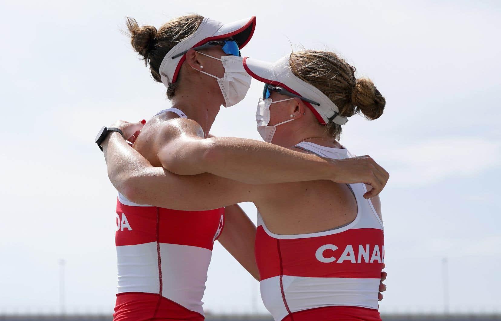 Le duo formé des rameuses Cailegh Filmer et Hillary Janssens a décroché la première médaille du Canada en aviron aux Jeux de Tokyo.