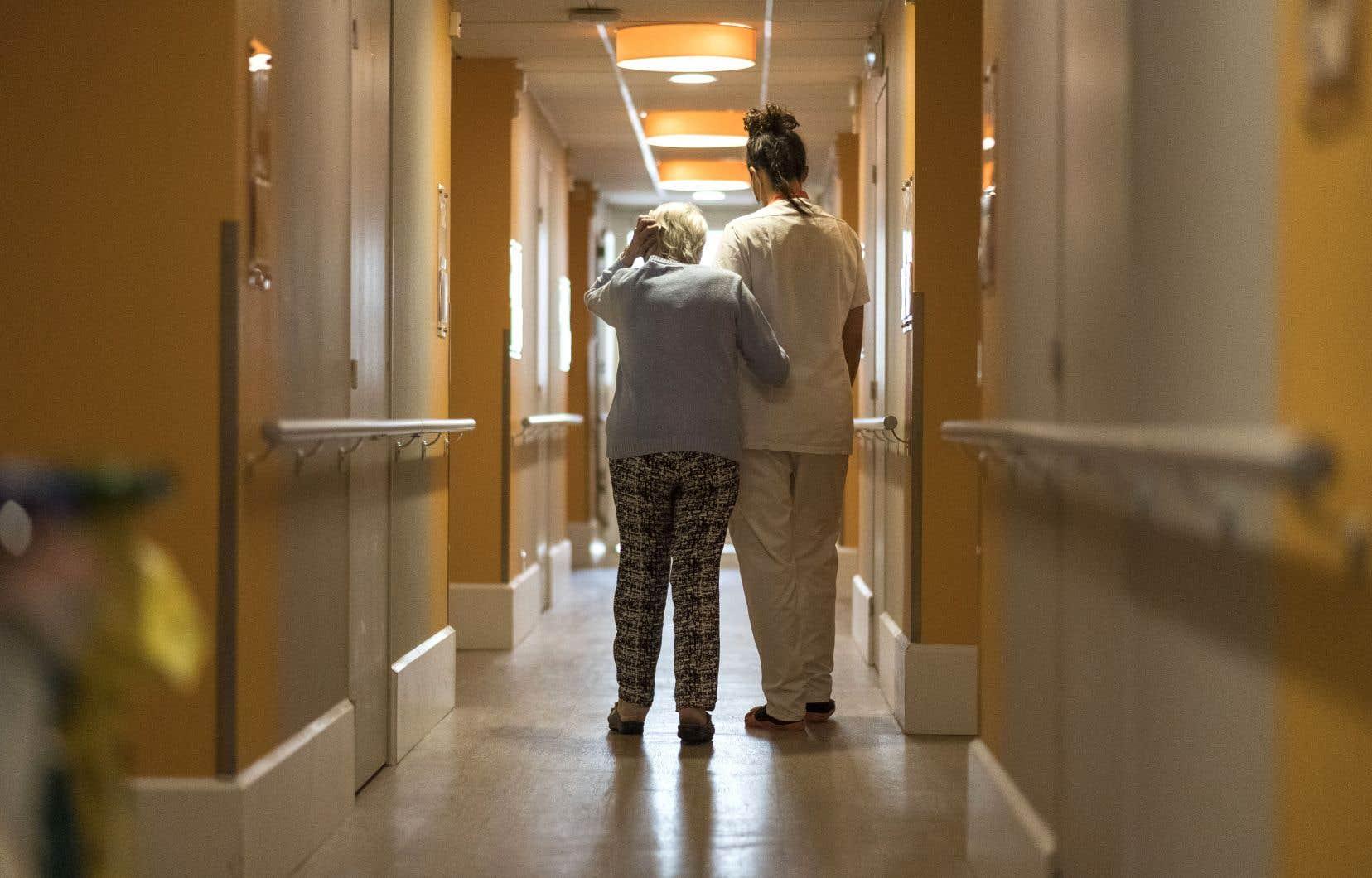 LaLoi sur les services en français de l'Ontario ne garantit qu'un lit de soins de longue durée en français pour 3400 Franco-Ontariens, alors que les normes provinciales garantissent un taux 20 fois plus élevé, soit un lit pour 170 citoyens.