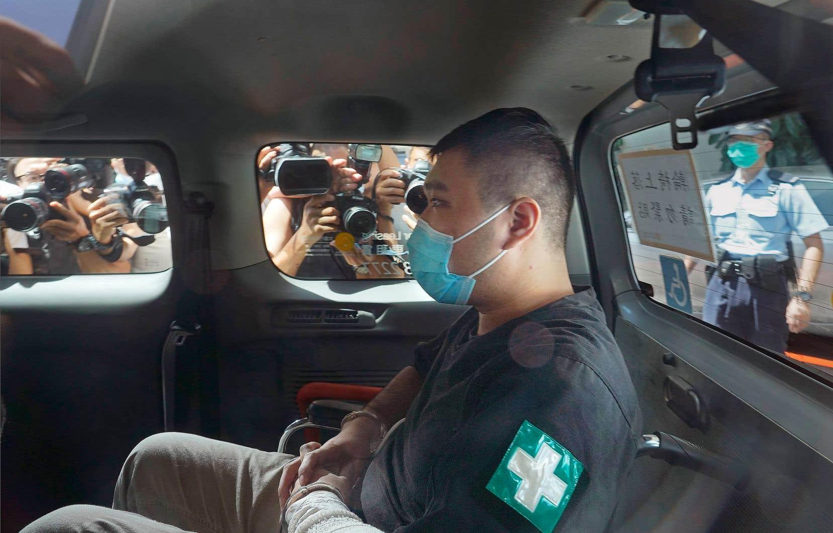 Tong Ying-kit, un serveur de 24 ans, a été reconnu coupable mardi de «terrorisme» pour avoir foncé à moto sur trois policiers, mais aussi d'«incitation à la sécession» pour avoir brandi un drapeau comportant un slogan prodémocratie lors d'une manifestation à Hong Kong. On le voit ici en juillet 2020.