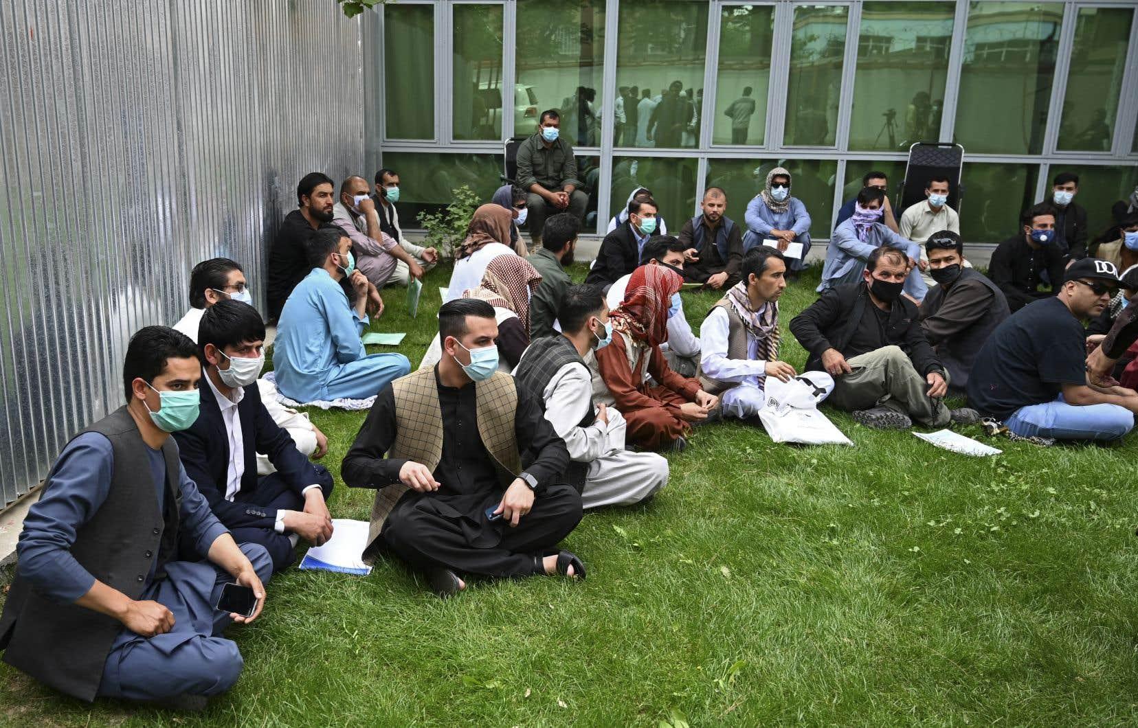 Des interprètes afghans réunis à la veille du début du retrait des troupes américaines dans le pays en avril 2021.
