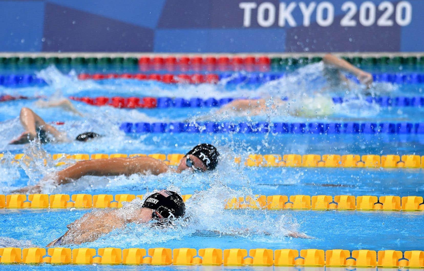 Puisque la plupart des épreuves de natation comptent des allers-retours, l'avantage qu'un nageur pourrait recevoir à l'aller serait négligeable pour son résultat s'il est ralenti au retour.