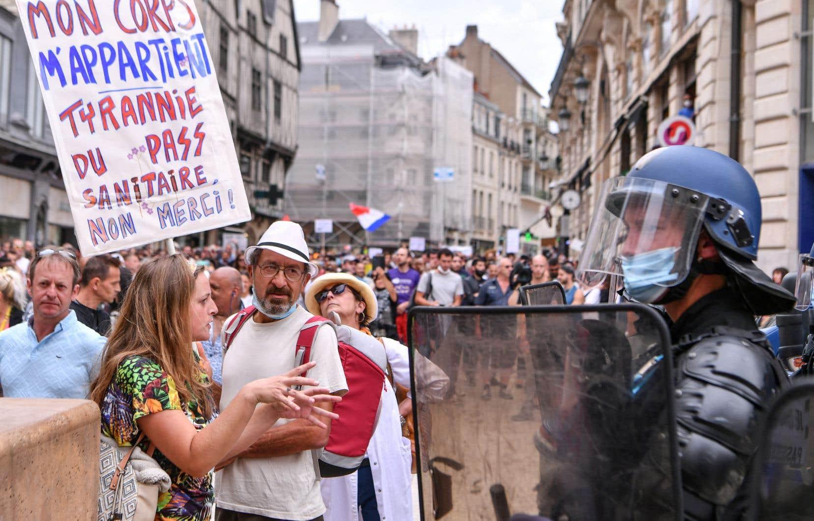 Regroupée autour des mots-dièses #manif31juillet et #PassDeLaHonte sur les réseaux sociaux, l'opposition aux mesures gouvernementales fédère des manifestants anti-passeport sanitaire, antivaccins ou anticonfinement, aux revendications protéiformes. Sur la photo, la manifestation de Dijon.