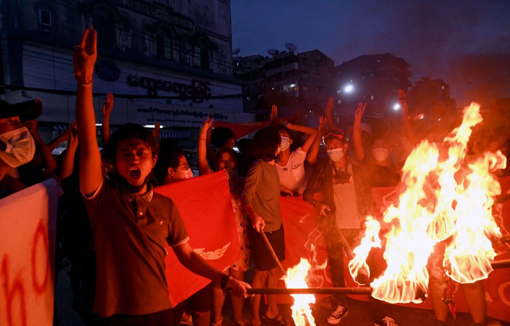 De petites manifestations ont été organisées, comme ici jeudi à Rangoun, mais la majorité des Myanmarais sont restés enfermés chez eux, terrorisés par la violence des forces de sécurité et la flambée épidémique.