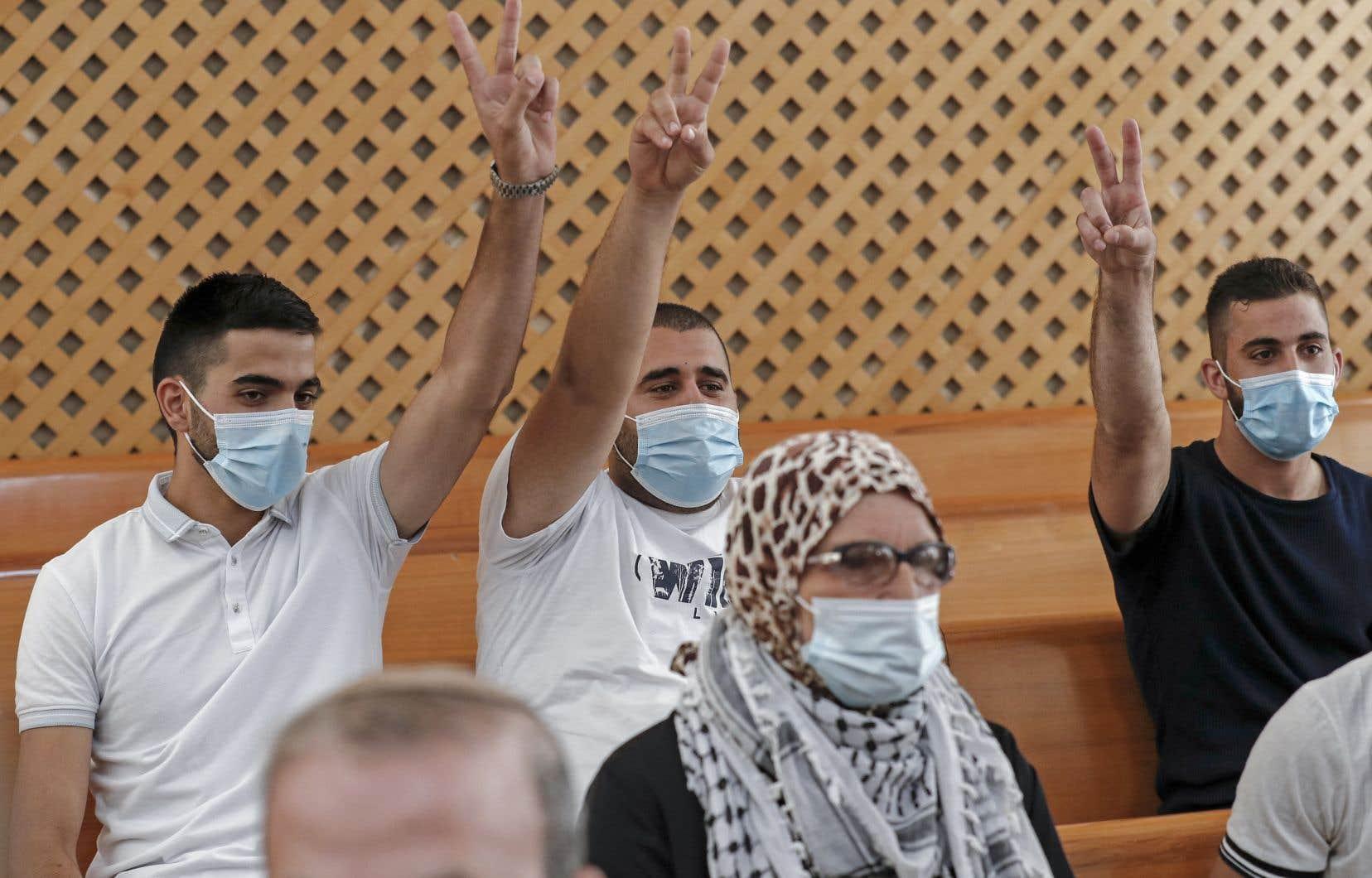 Quatre familles palestiniennes habitant à Cheikh Jarrah, dans le secteur palestinien de Jérusalem occupé et annexé par Israël en 1967, avaient saisi la Cour suprême après que les tribunaux inférieurs aient décidé de leur évacuation au profit de colons israéliens.