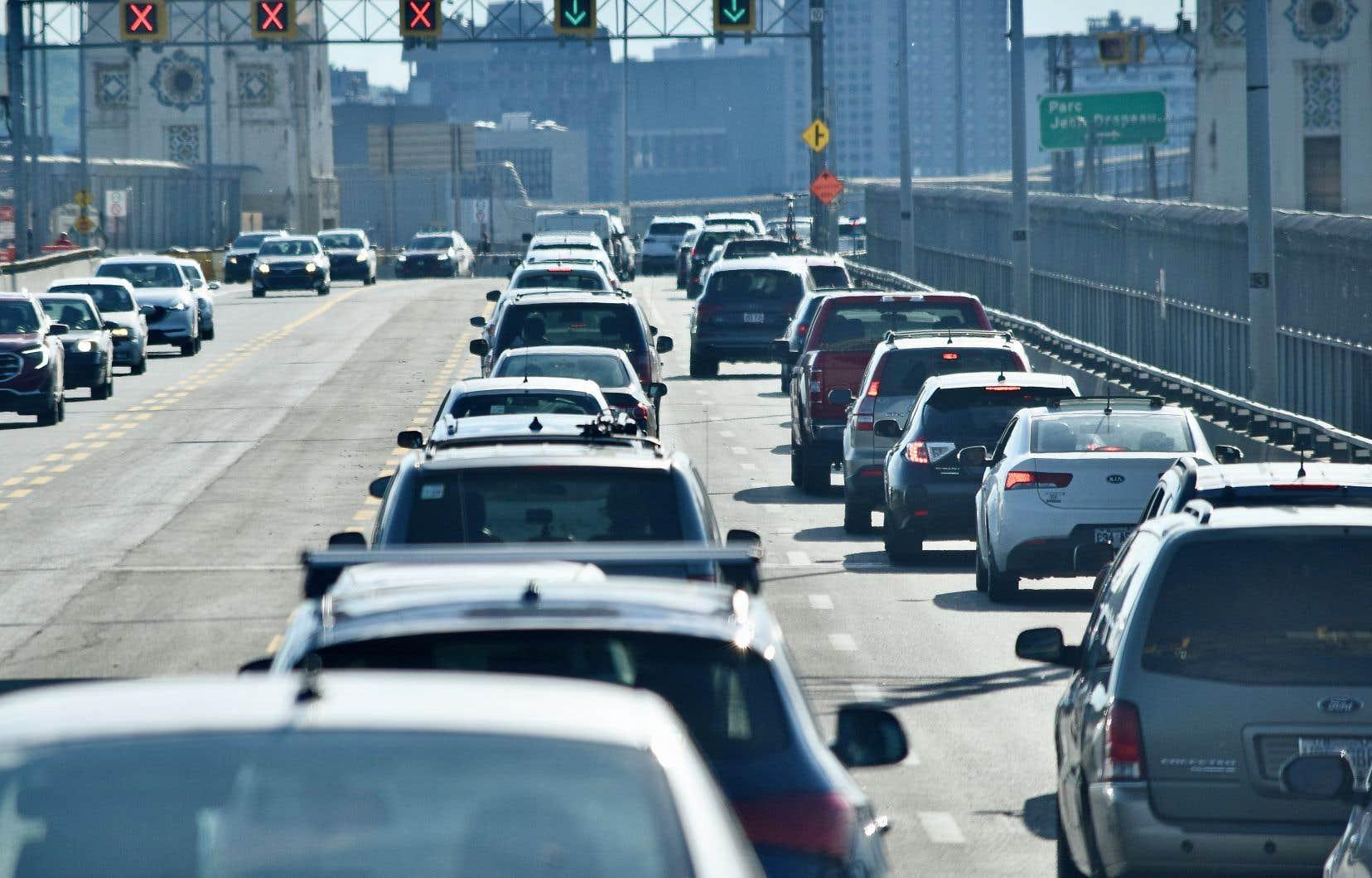 «Plusieurs études démontrent que les véhicules légers et lourds électriques émettent moins de GES durant leur cycle de vie complet que les véhicules à essence», écrit l'auteur.