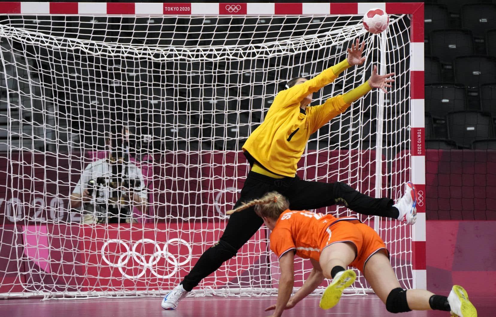 C'est presque un mystère que le handball, un sport qui allie le lancer du baseball, les déplacements et les passes rapides du basketball, le jeu physique du hockey, des plongeons spectaculaires, des arrêts impossibles et des tas de buts, ne soit pas aussi populaire chez nous.