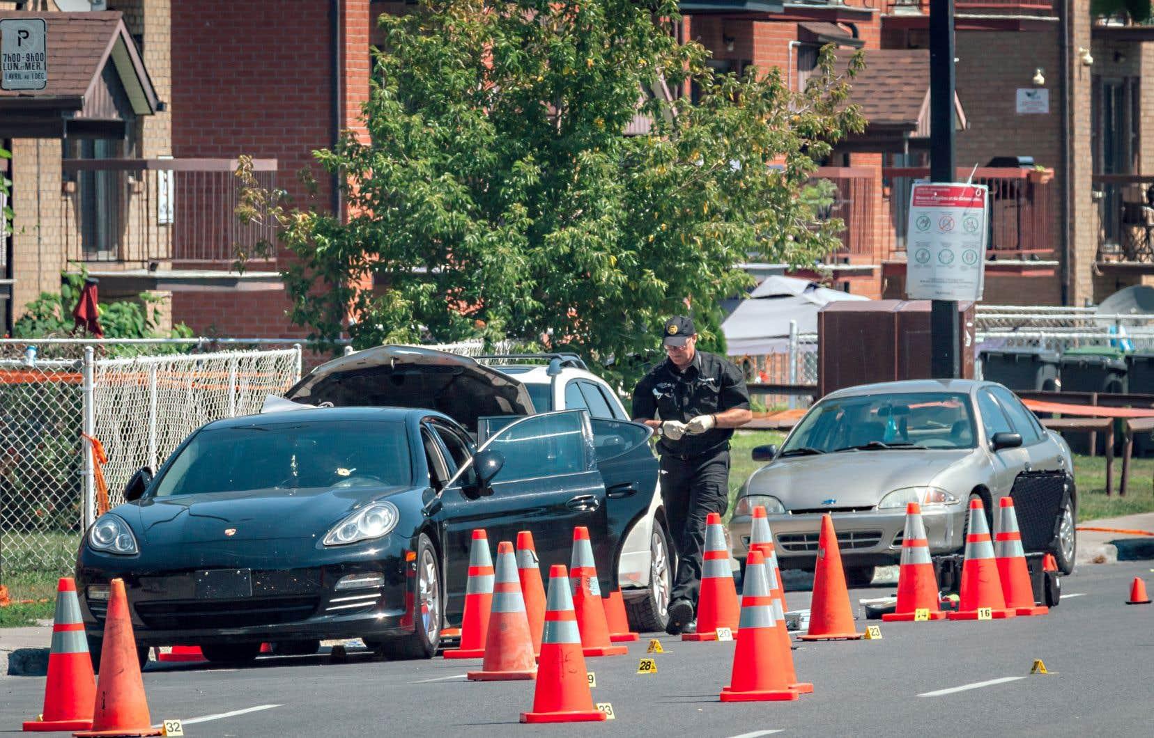 Les policiers quadrillaient le secteur à la recherche d'indices mardi.