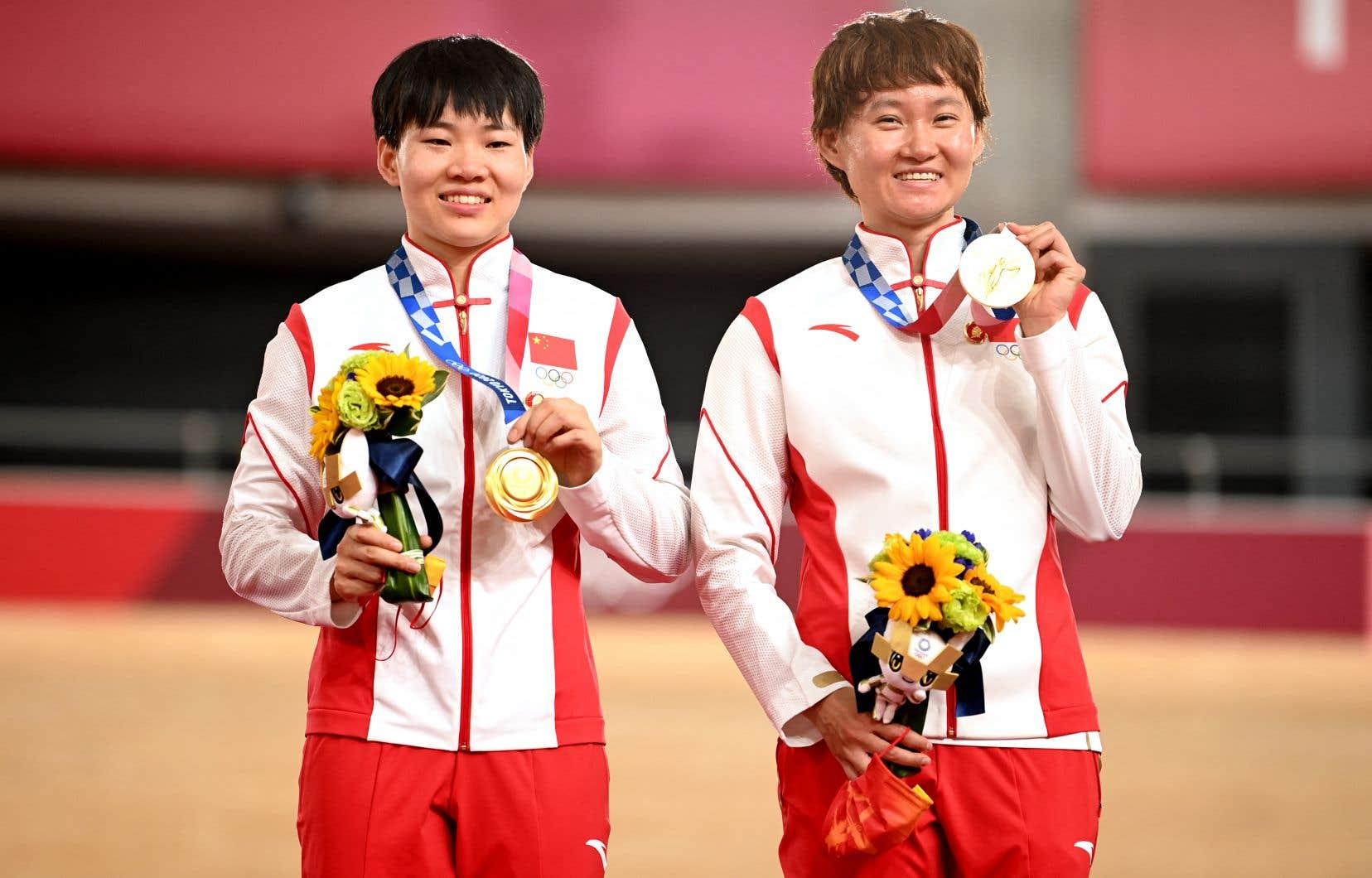 Après avoir remporté l'épreuve du sprint féminin en cyclisme sur piste lundi, Bao Shanju et Zhong Tianshi ont accroché des épinglettes du visage de Mao sur leur uniforme pour les arborer lors de la cérémonie de remise des médailles.