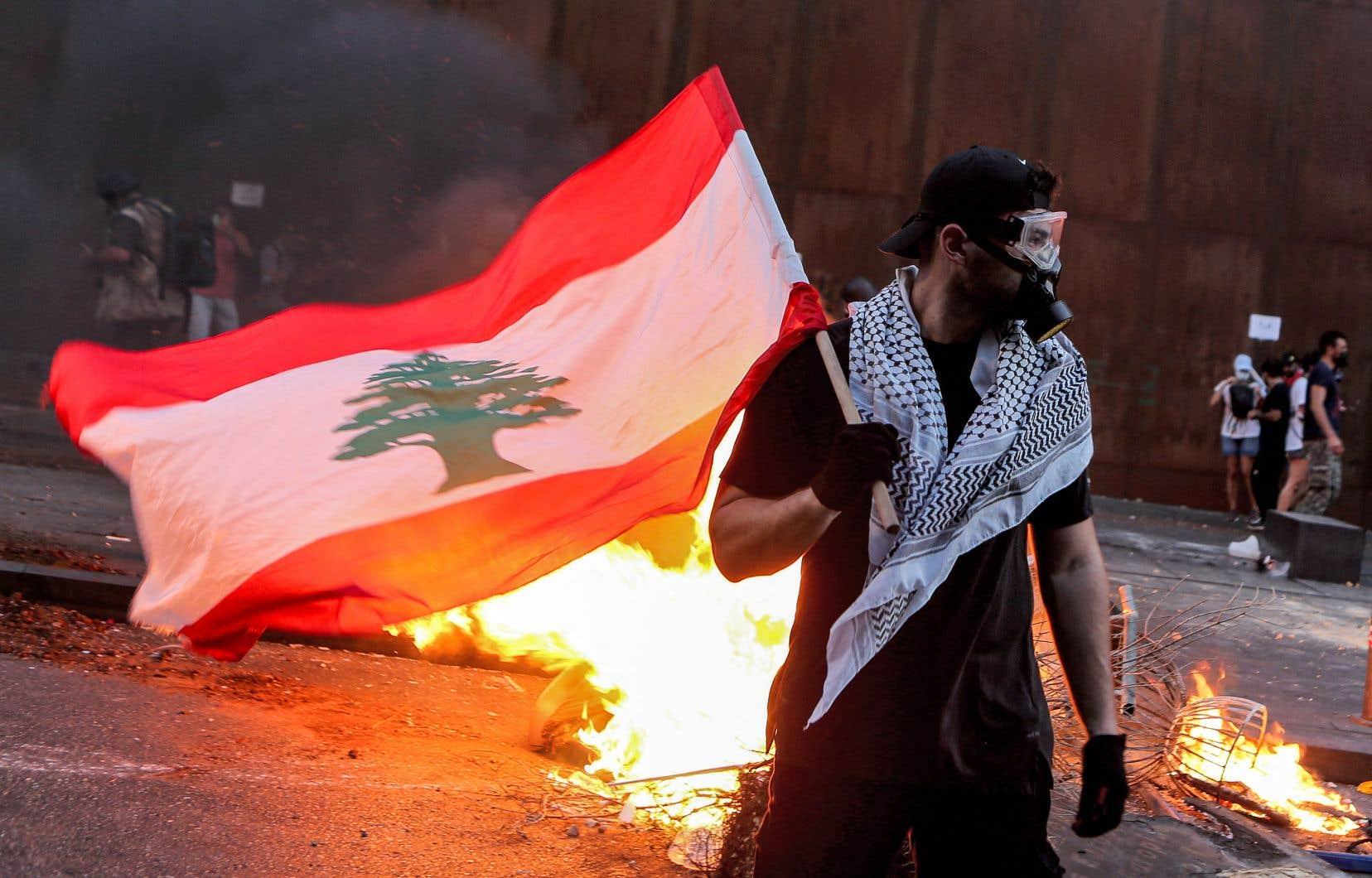 Des échauffourées ont éclaté entre protestataires, venus réclamer la levée de l'immunité aux députés soupçonnés d'implication dans l'explosion, et forces antiémeutes dans le secteur du Parlement libanais.