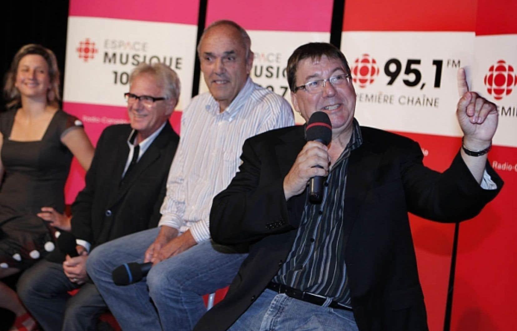 Rémy Girard, une nouvelle voix au micro (Tout un cinéma), devant deux vétérans des ondes à la barre de nouvelles émissions: Claude Saucier (Que sera sera) à droite et Jacques Beaulieu (Sur la route). Ils symbolisent l'équilibre trouvé dans la programmation d'Espace Musique de Radio-Canada.<br />