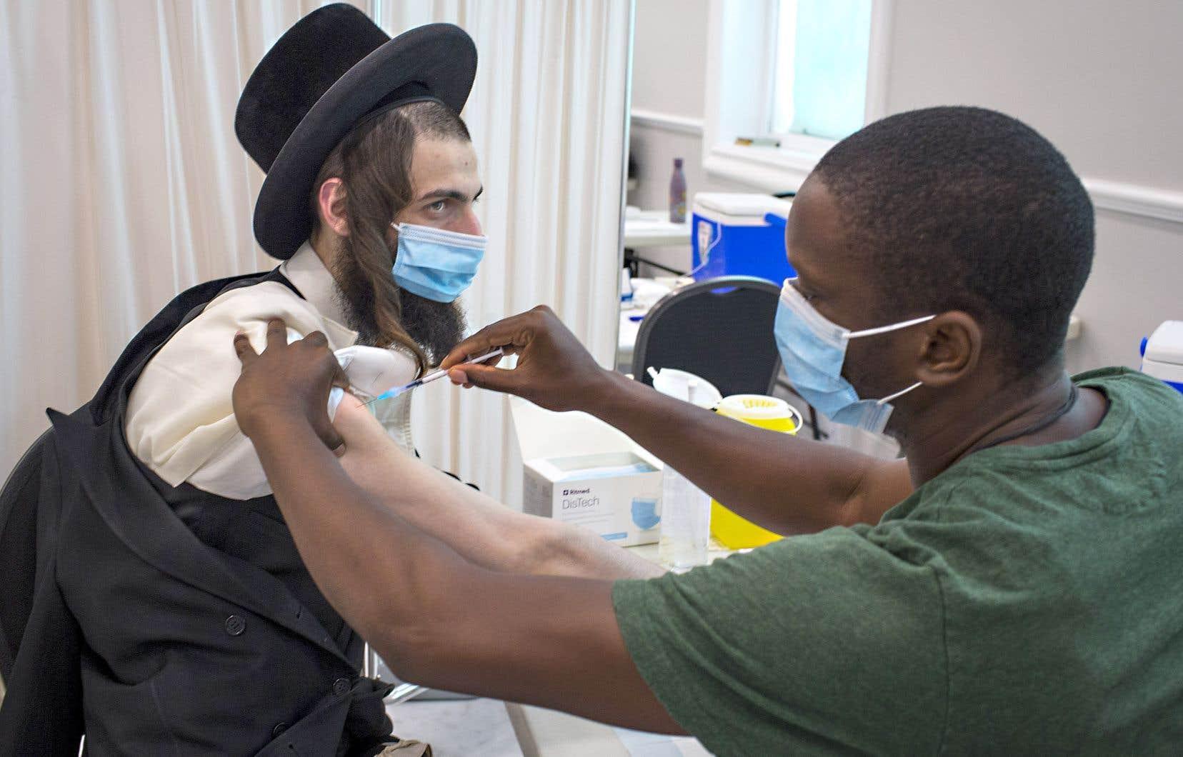 Samuel Muller se faisait vacciner mercredi après-midi dans la synagogue Ateres Faiga, située dans le quartier Mile-End à Montréal.