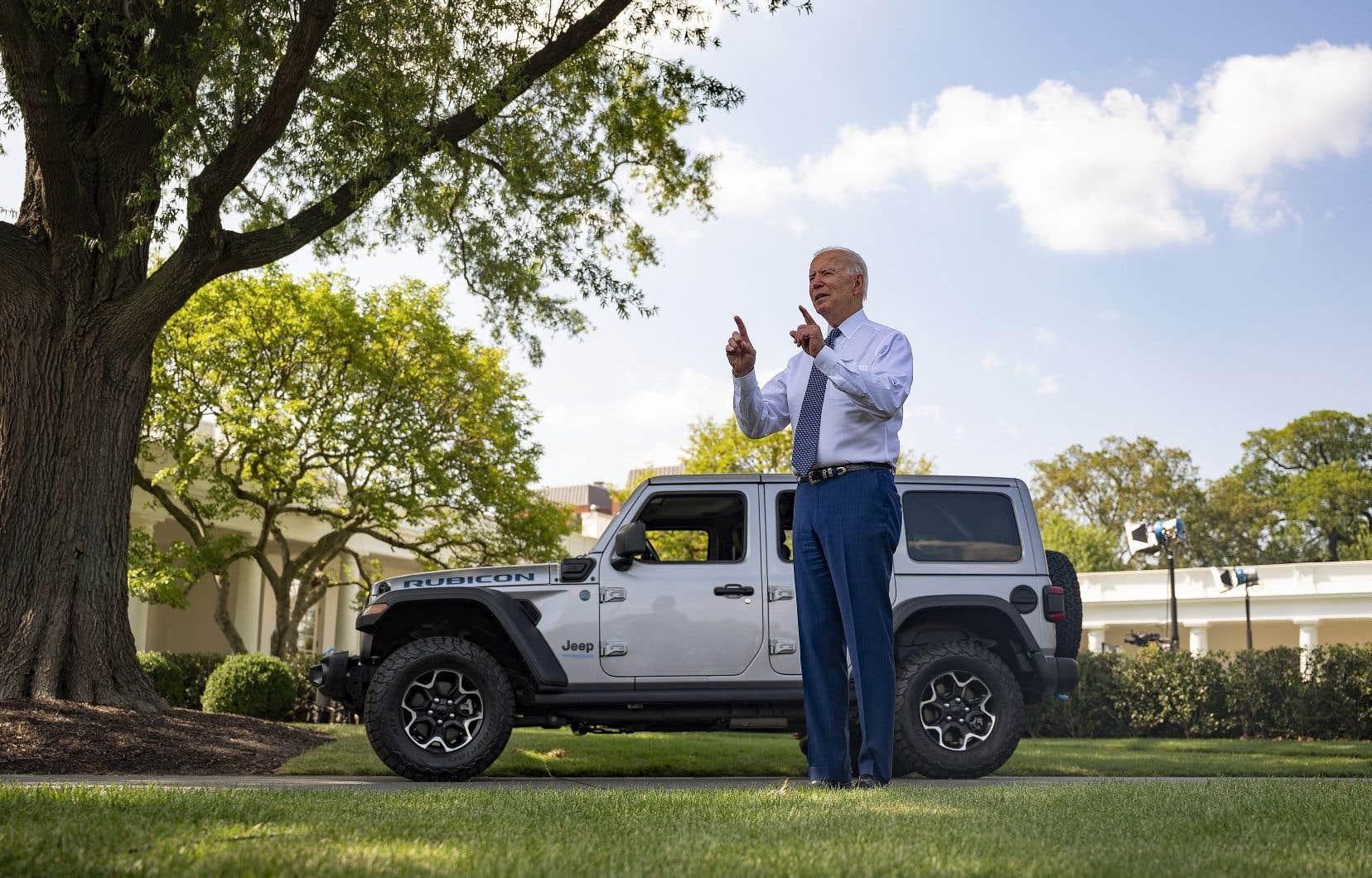 Pour son annonce, Joe Biden, qui aime à se présenter comme «un gars qui aime les voitures», avait fait aligner à l'arrière de la Maison-Blanche quelques modèles de voitures électriques.