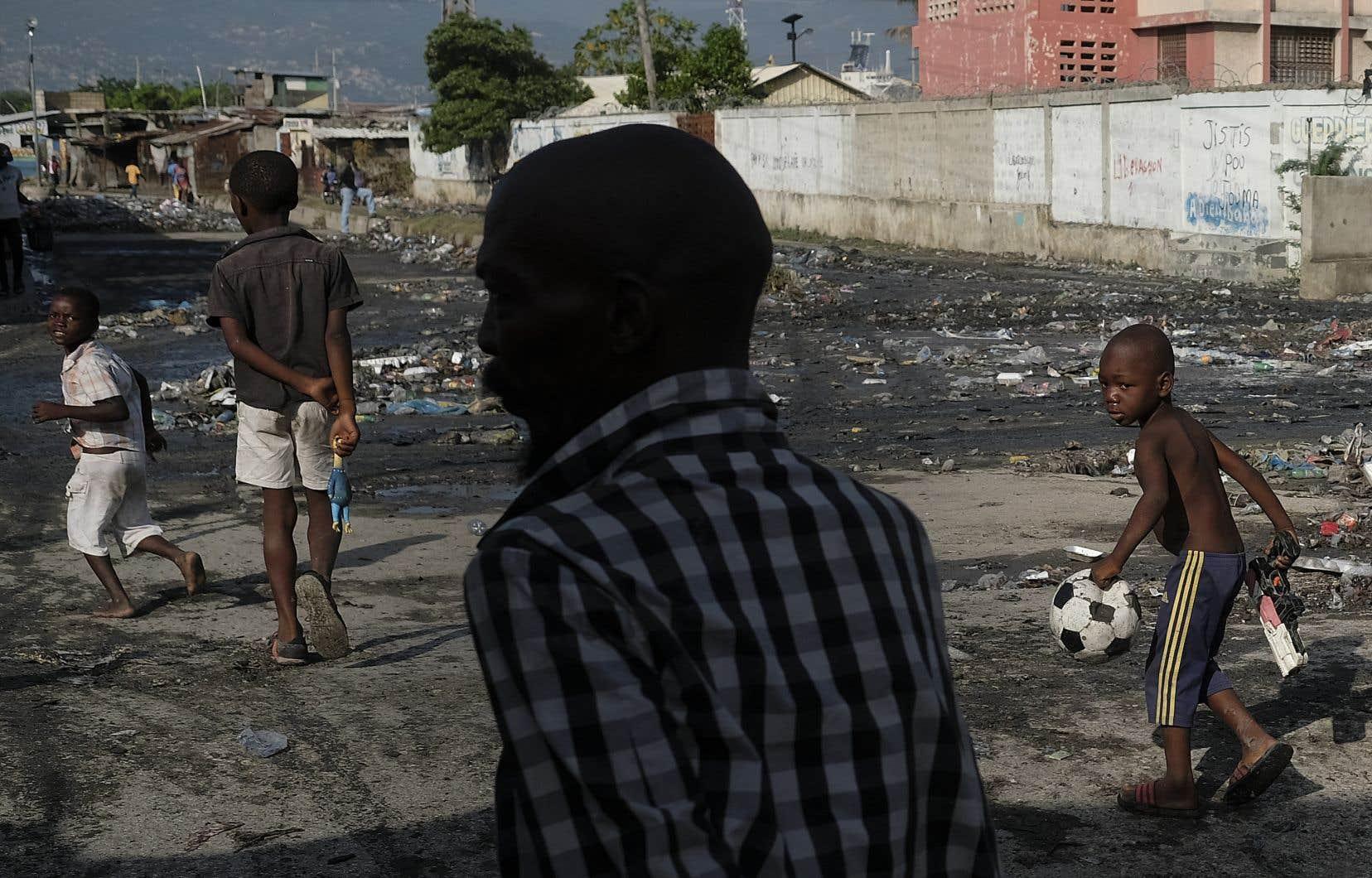 Des enfants du quartier La Saline, à Port-au-Prince. Selon les auteurs, le consensus et l'entente devront prendre une importance centrale à Haïti pour sortir de la crise.