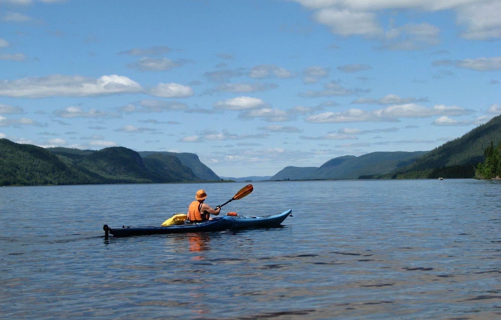 Kayak sur la rivière  Péribonka.  Depuis plusieurs années, l'accessibilité aux plans d'eau devient  de plus en plus difficile.