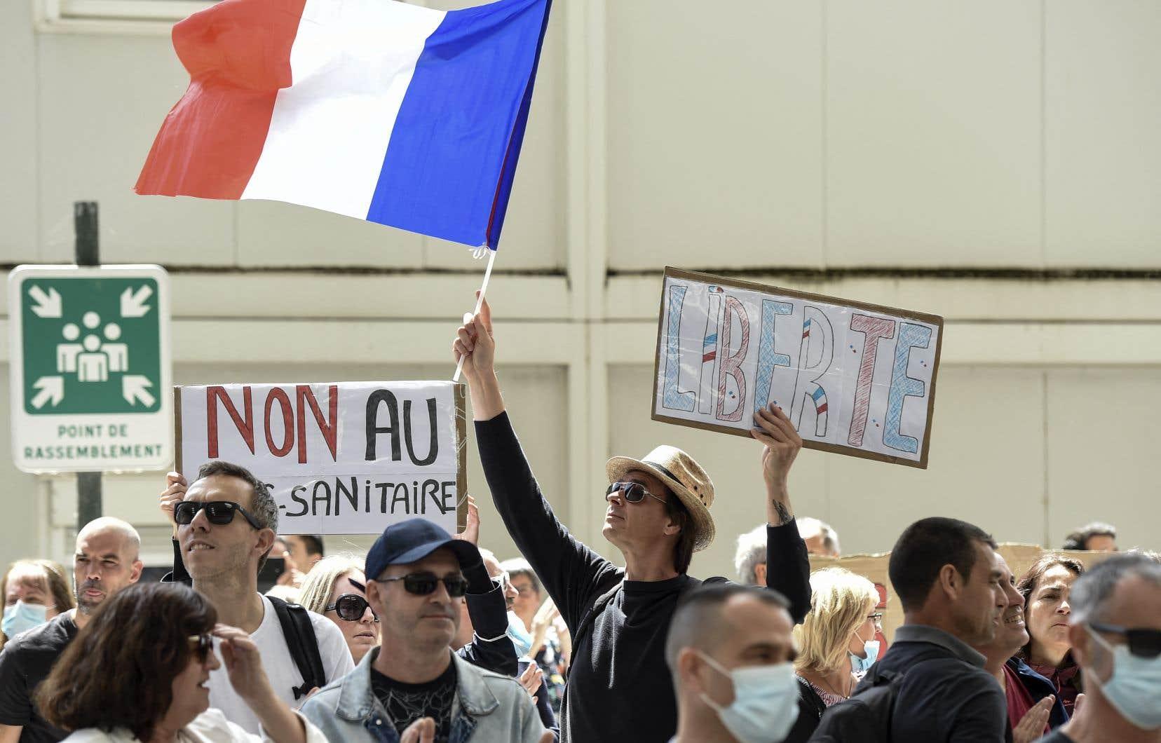 Environ 237 000 personnes ont défilé samedi en France pour le quatrième week-end consécutif contre le passeport sanitaire.