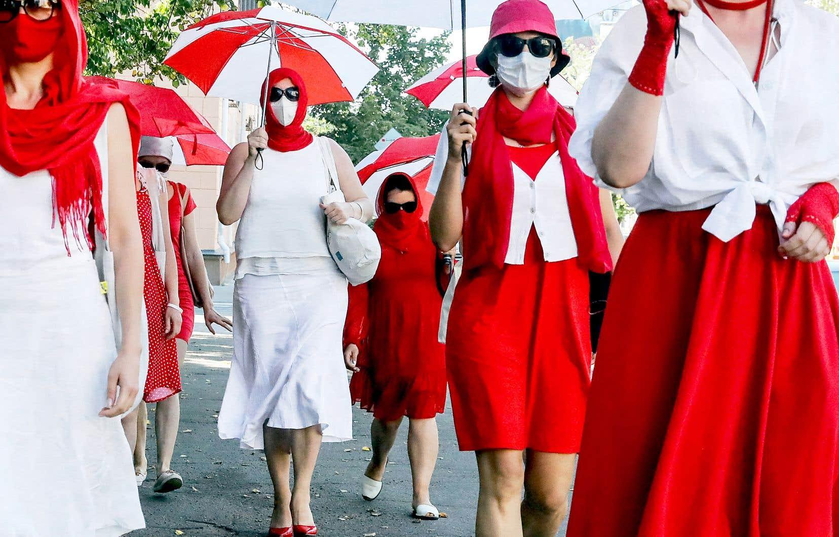 En blanc-rouge-blanc, couleurs de la contestation, des femmes marchaient en juillet dernier dans Minsk, la capitale biélorusse, en soutien aux activistes emprisonnés.