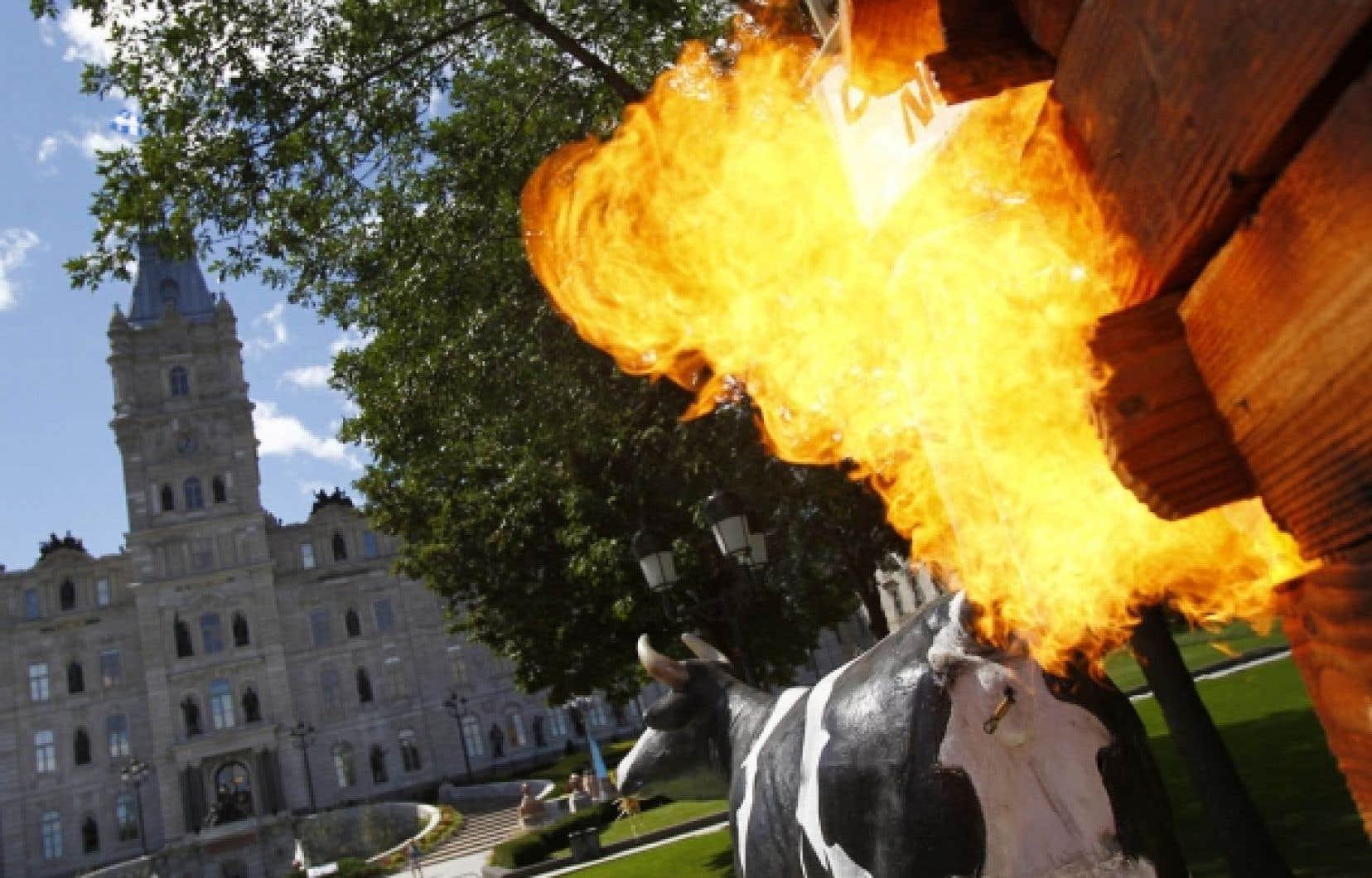Les opposants &agrave; l&rsquo;exploitation des gaz de schiste n&rsquo;ont pas manqu&eacute; de rappeler une d&eacute;claration de la ministre des Ressources naturelles selon laquelle une vache &eacute;mettait plus de CO2 qu&rsquo;un puits de gaz de schiste.<br />