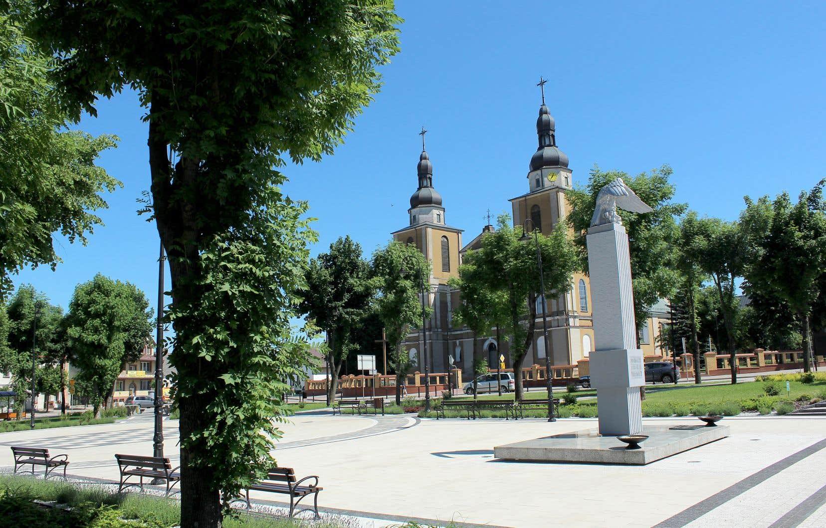 Un vent de renouveau souffle sur Stawiski, village situé en Podlachie, tout à l'est de la Pologne. En témoigne ce fameux square coquet, inauguré à deux pas d'une église baroque, qui fait aujourd'hui la joie des 6000 habitants du quartier.
