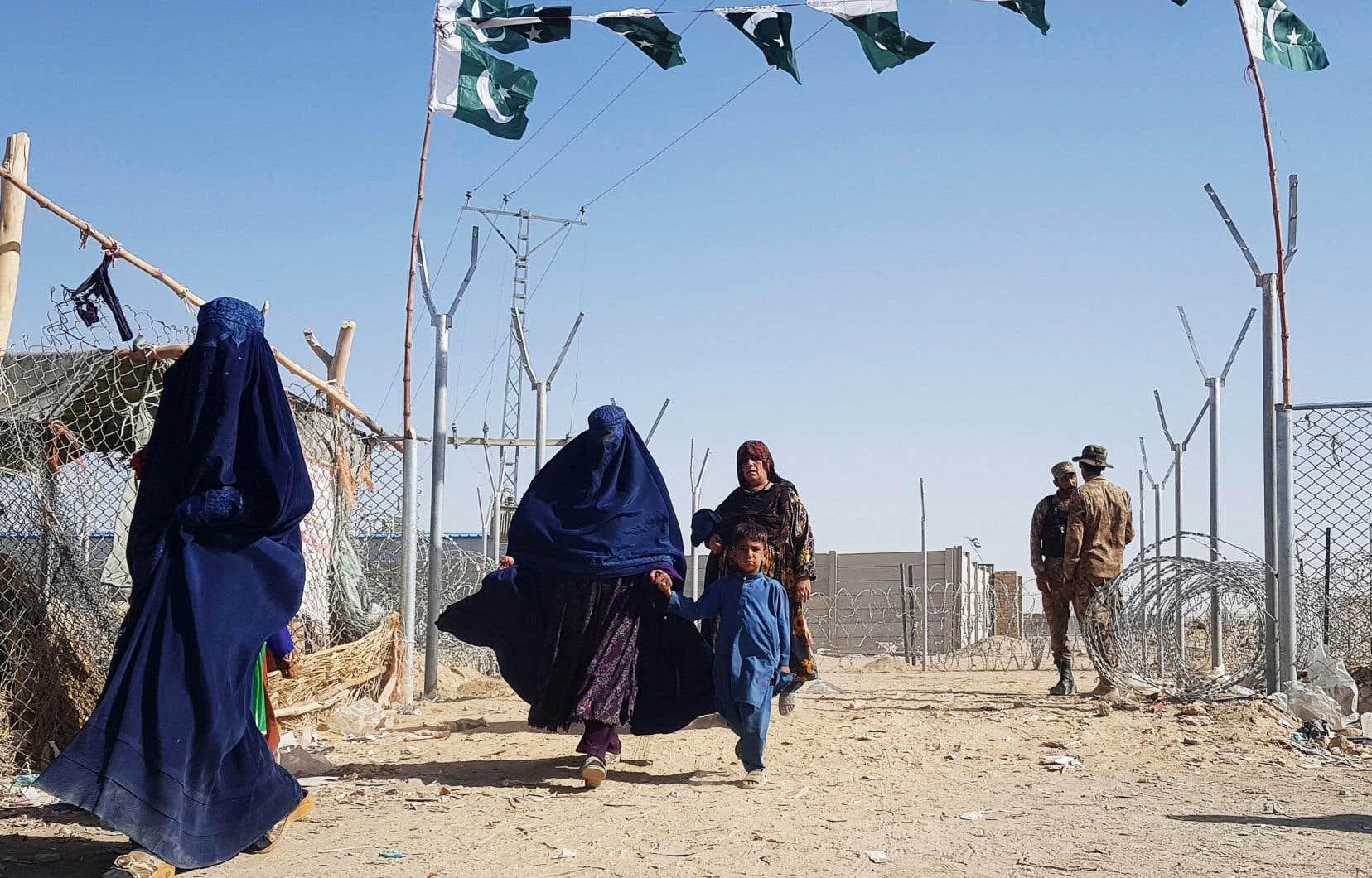 À Kaboul, le chaos et l'inquiétude règnent alors que plusieurs, en panique, ont fui vers l'aéroport, et que les talibans ont installé des points de contrôle dans la ville.