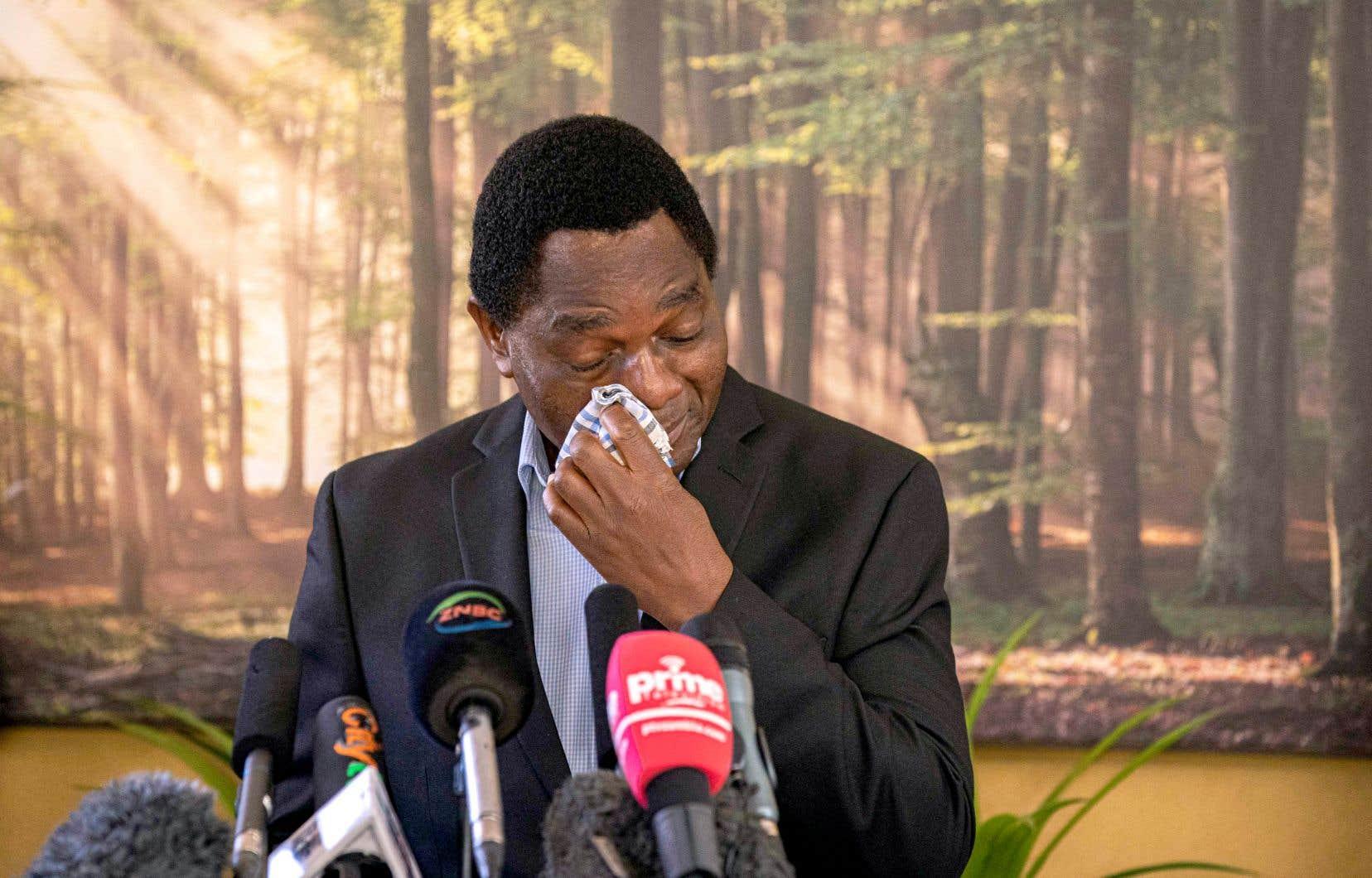 Debout derrière un pupitre, Hakainde Hichilema a été submergé par l'émotion au moment de prendre la parole, retirant son masque et s'essuyant les yeux.