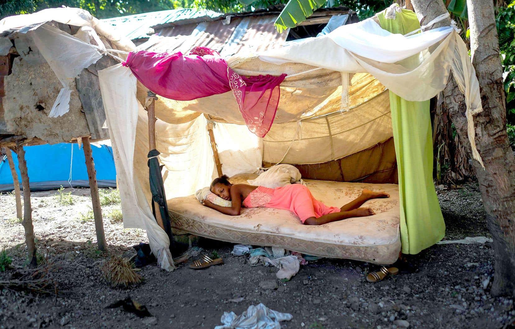 Une jeune femme dort devant son domicile à Saint-Louis-du-Sud, à Haïti, deux jours après qu'un séisme de magnitude 7,2 a frappé le sud-ouest du pays.
