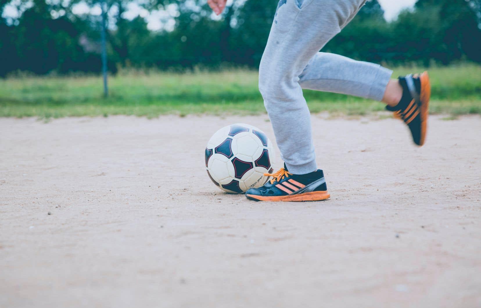Selon les experts, le cours d'éducation physique permet aux jeunes de dépenser leur trop-plein d'énergie, ce qui augmente leur concentration en classe.
