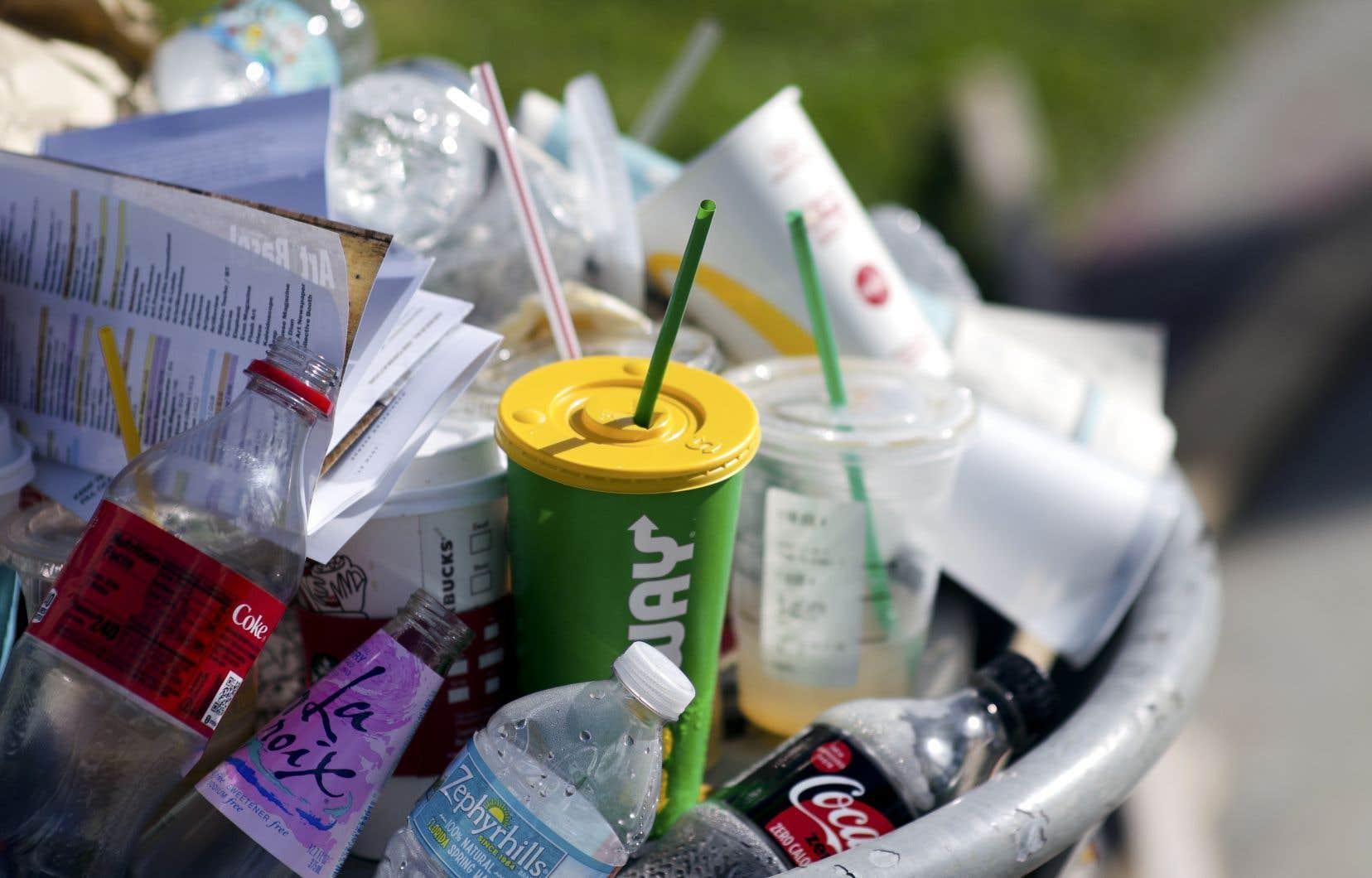 Les sacs en plastique, pailles et tasses à usage unique figurent parmi la liste des produits que la Ville de Montréal entend bannir d'ici 2023.