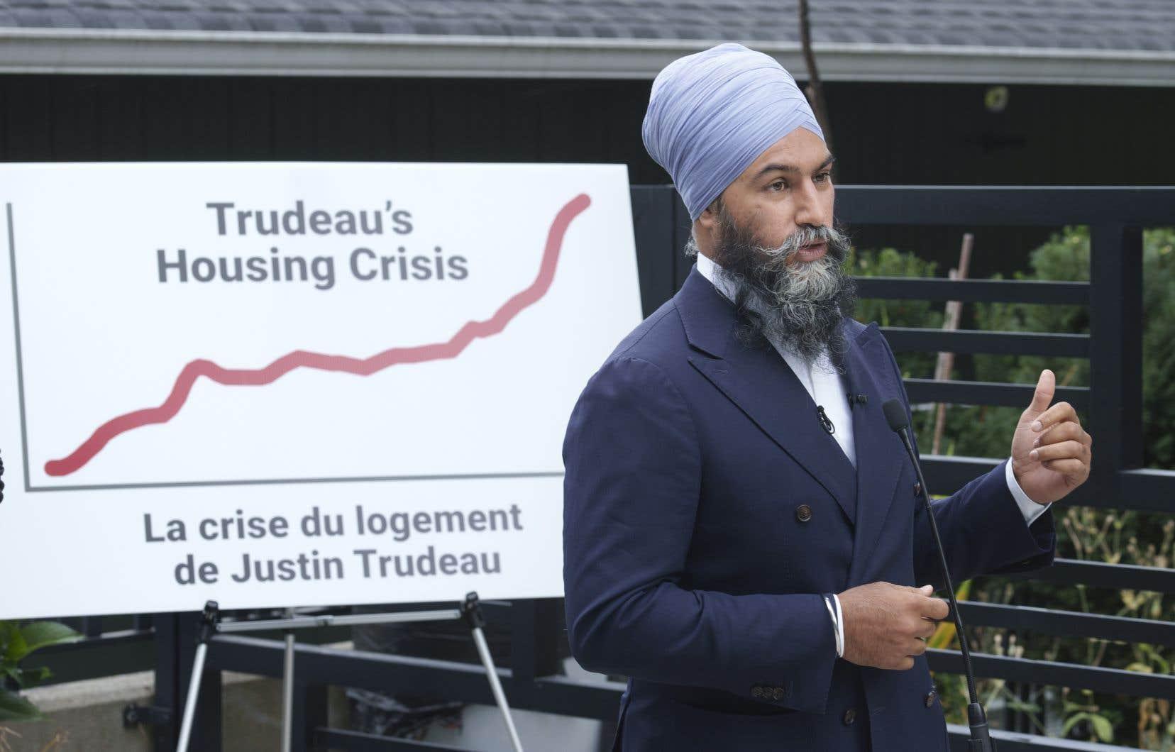 Devant un graphique «La crise du logement de Justin Trudeau», le chef néodémocrate a ramené cette élection à un choix entre les libéraux qui favorisent les «riches investisseurs» et les néodémocrates qui veulent faire sortir les grands capitaux du secteur de l'habitation.