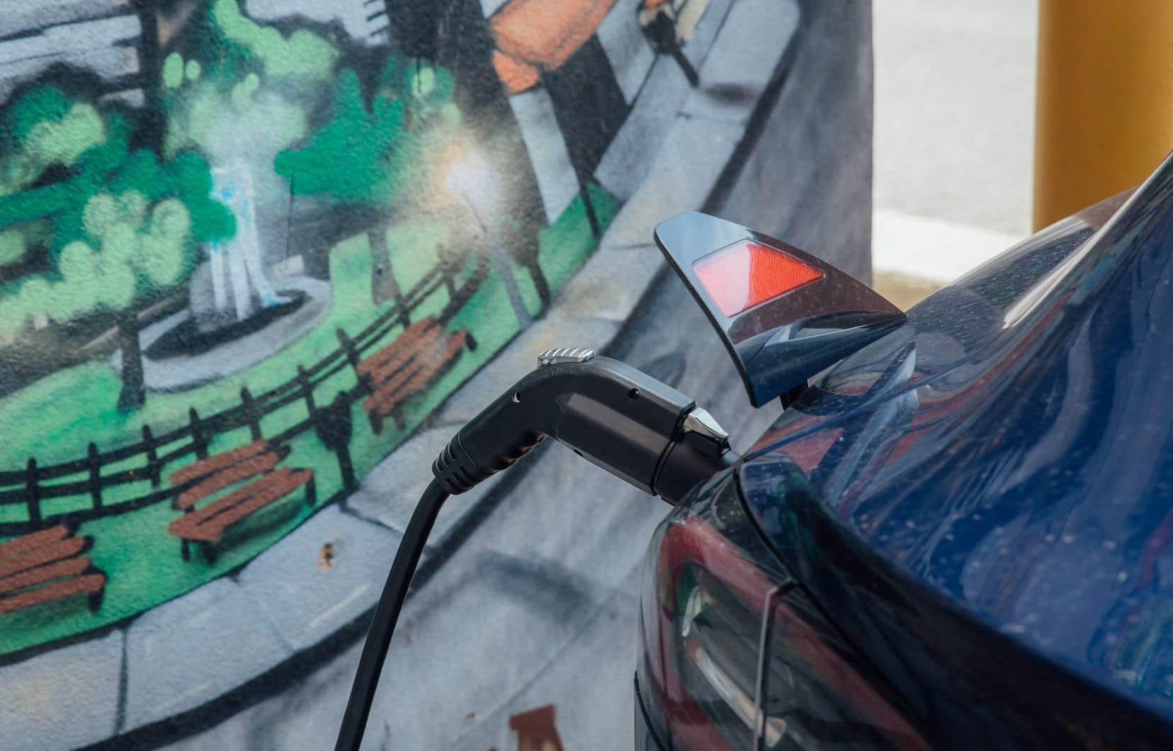 Une voiture électrique en train de se recharger à une borne à Montréal.