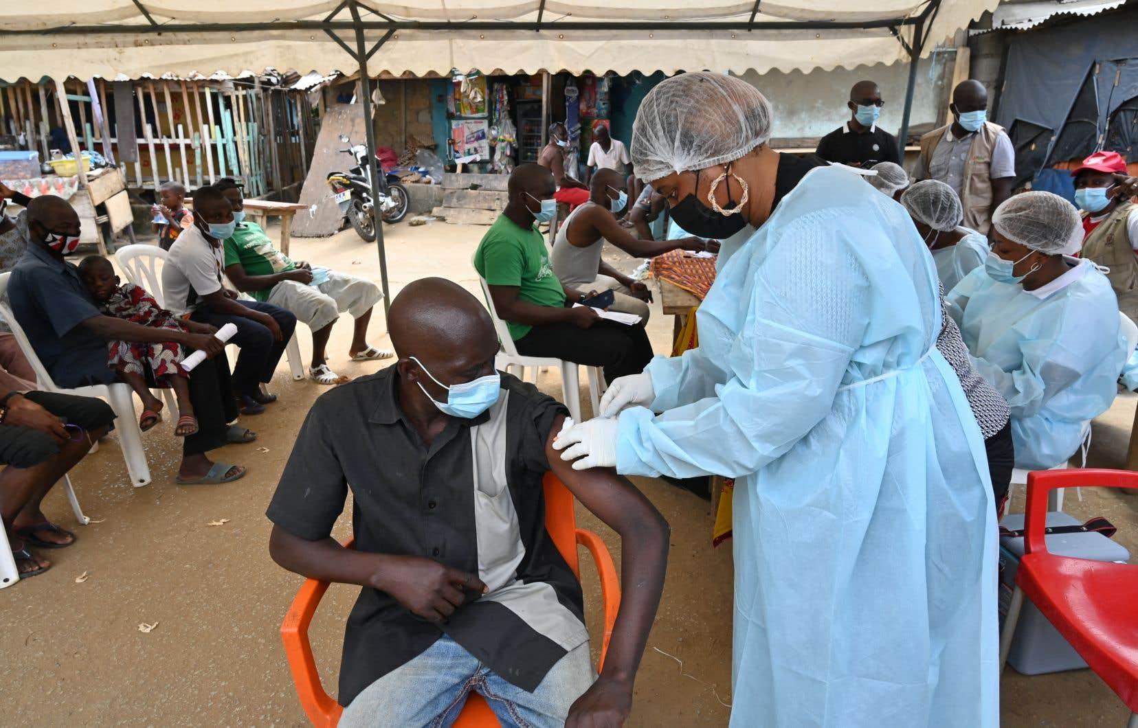 La Guinée, assistée de l'OMS, a livré à son voisin 5000 doses de vaccin anti-Ebola deux jours après l'annonce, le 14août, de la détection du virus sur la jeune femme infectée, et les vaccinations ont débuté lundi en Côte d'Ivoire.