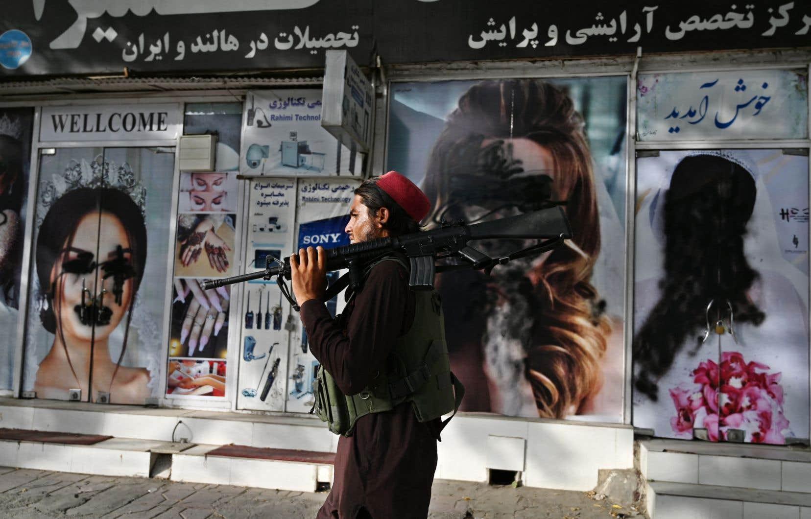 Au chaos qui régnait à l'aéroport de Kaboul cette semaine s'est aussi ajouté celui qui a envahi plusieurs cafés Internet, rapporte Sabur Shah.