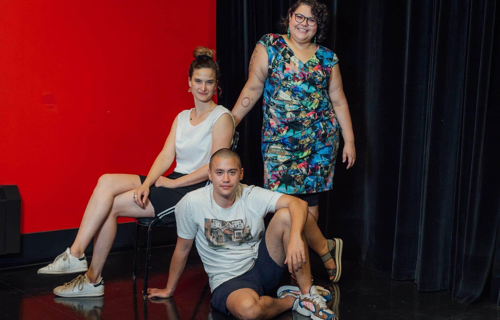 Gabrielle Côté (à gauche),Kijâtai-Alexandra Veillette-Cheezoet Étienne Lou veulent recréer le tissu social.