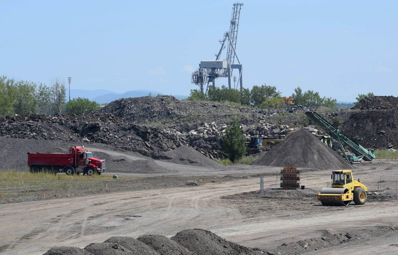 Ray-Mont Logistiques a entrepris récemment des travaux de «réhabilitation» sur son site. Il compte recouvrir des sols contaminés en asphaltant une partie du terrain sur lequel des citoyens réclament la création d'un «parc nature».