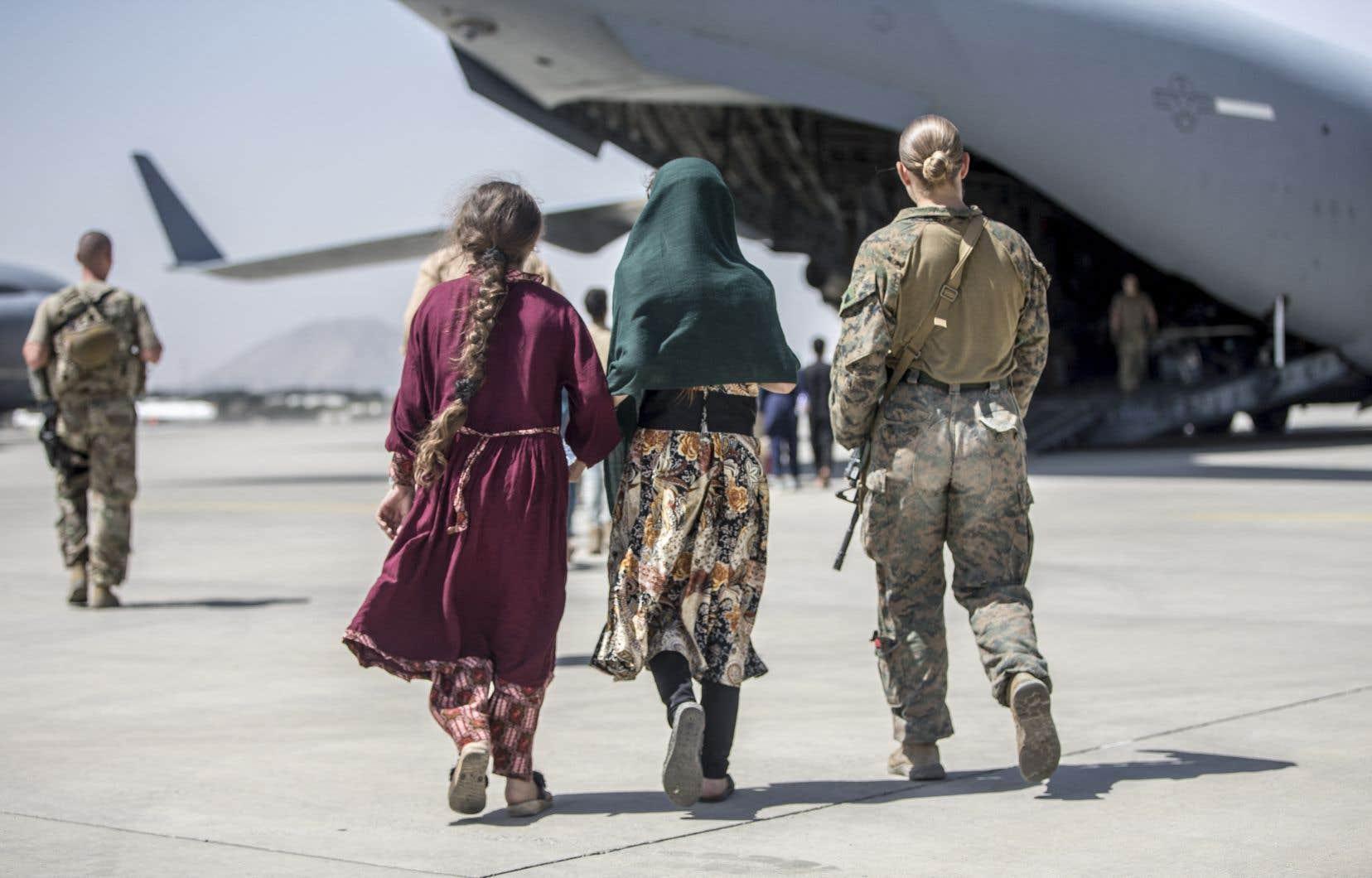 Des milliers d'Afghans sont massés depuis des jours à l'aéroport de Kaboul dans l'espoir de pouvoir entrer et monter dans un des avions affrétés par les Occidentaux.