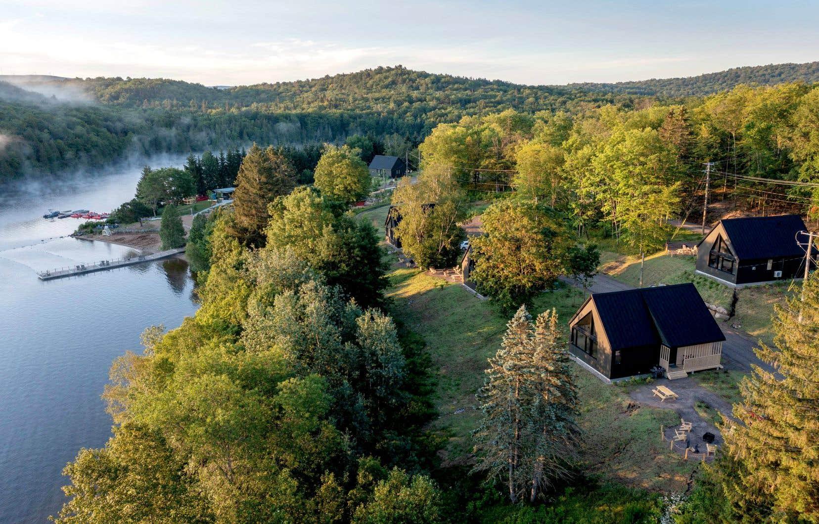 Les nouveaux chalets Oxygène, situés sur les rivages du lac Saint-Joseph, ont une large fenestration qui permet à leurs occupants de vivre une immersion réussie en forêt.