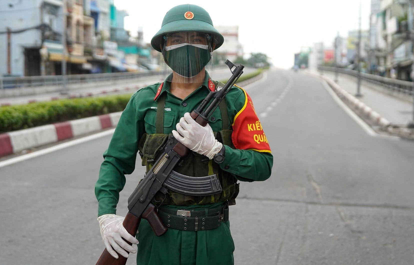 Jusque-là épargné de la COVID-19, avec 35 morts en15 mois de crise sanitaire, le Vietnam croule maintenant sous les infections. On déplore plus de 10000 cas par jour et 9000 morts en deux mois. Cette semaine, 35000 soldats, «volontaires» et travailleurs de la santé ont investi les rues de Hô Chi Minh-Ville pour faire respecter les mesures sanitaires imposées par le gouvernement central communiste.