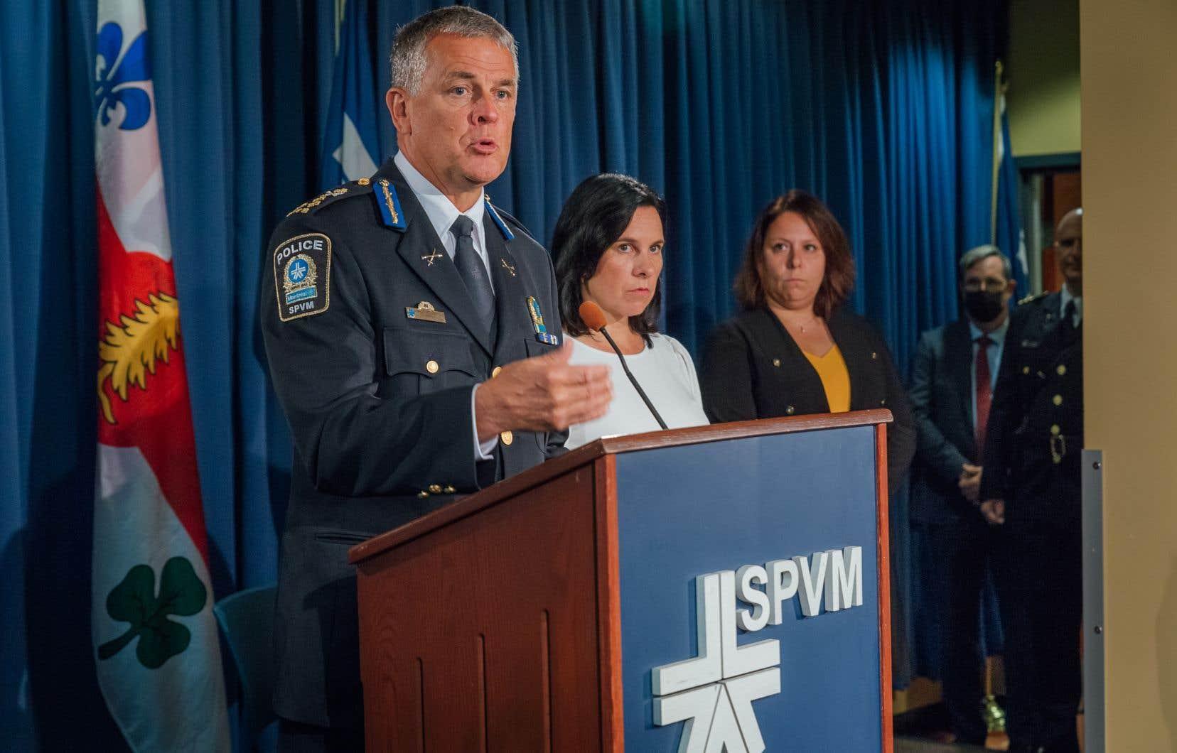 La mairesse de Montréal, Valérie Plante, et le directeur du Service de police de la Ville de Montréal (SPVM), Sylvain Caron, ont annoncé dimanche l'embauche de 42 nouveaux policiers pour combattre le trafic d'armes.