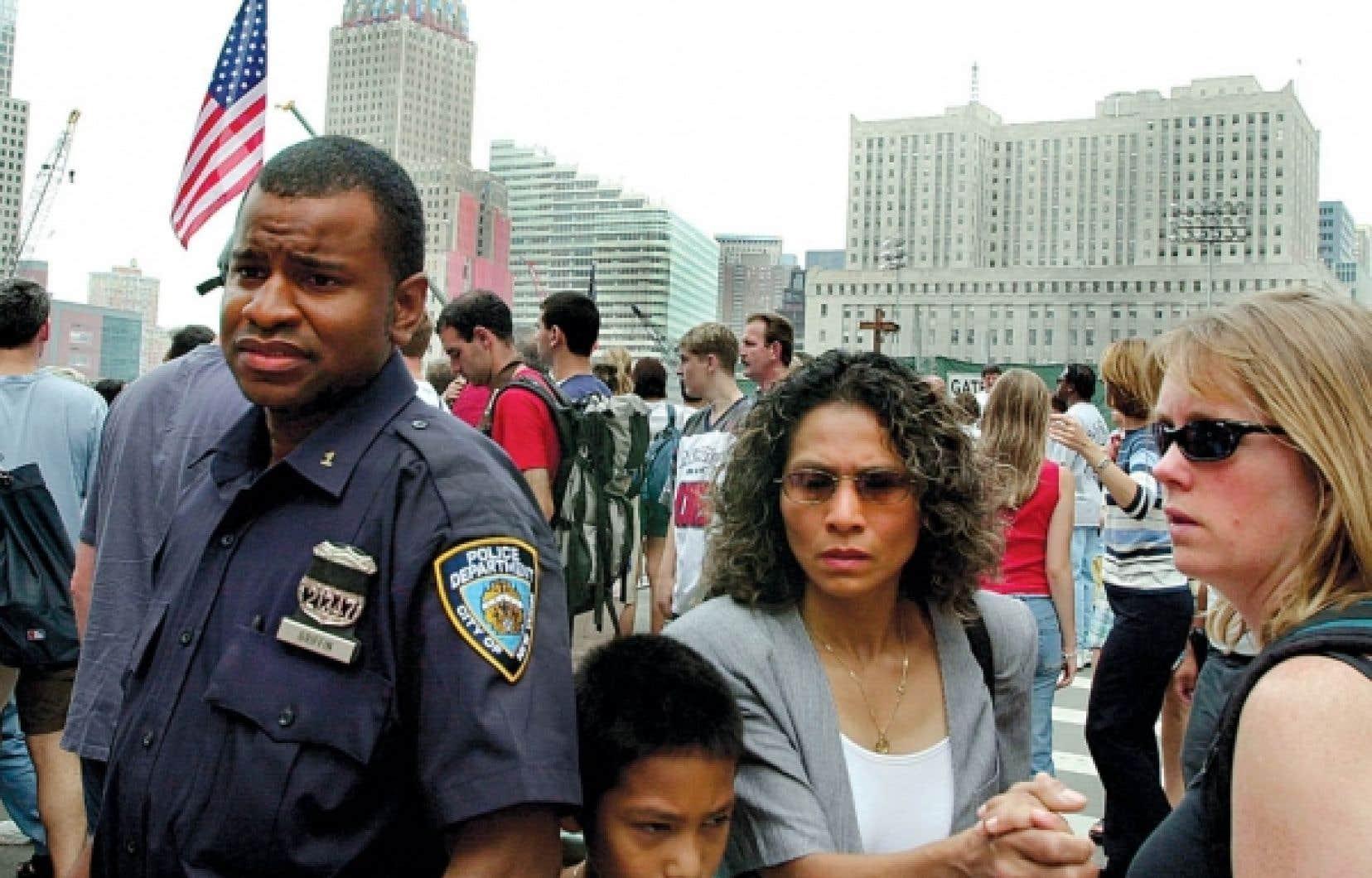 Un an apr&egrave;s les attentats, &agrave; New York, les visages laissaient toujours voir des craintes. Une m&eacute;diatisation extr&ecirc;me est venue alimenter un catastrophisme ambiant d&eacute;j&agrave; tr&egrave;s pr&eacute;sent, estime le politologue Bruno Tertrais.<br />